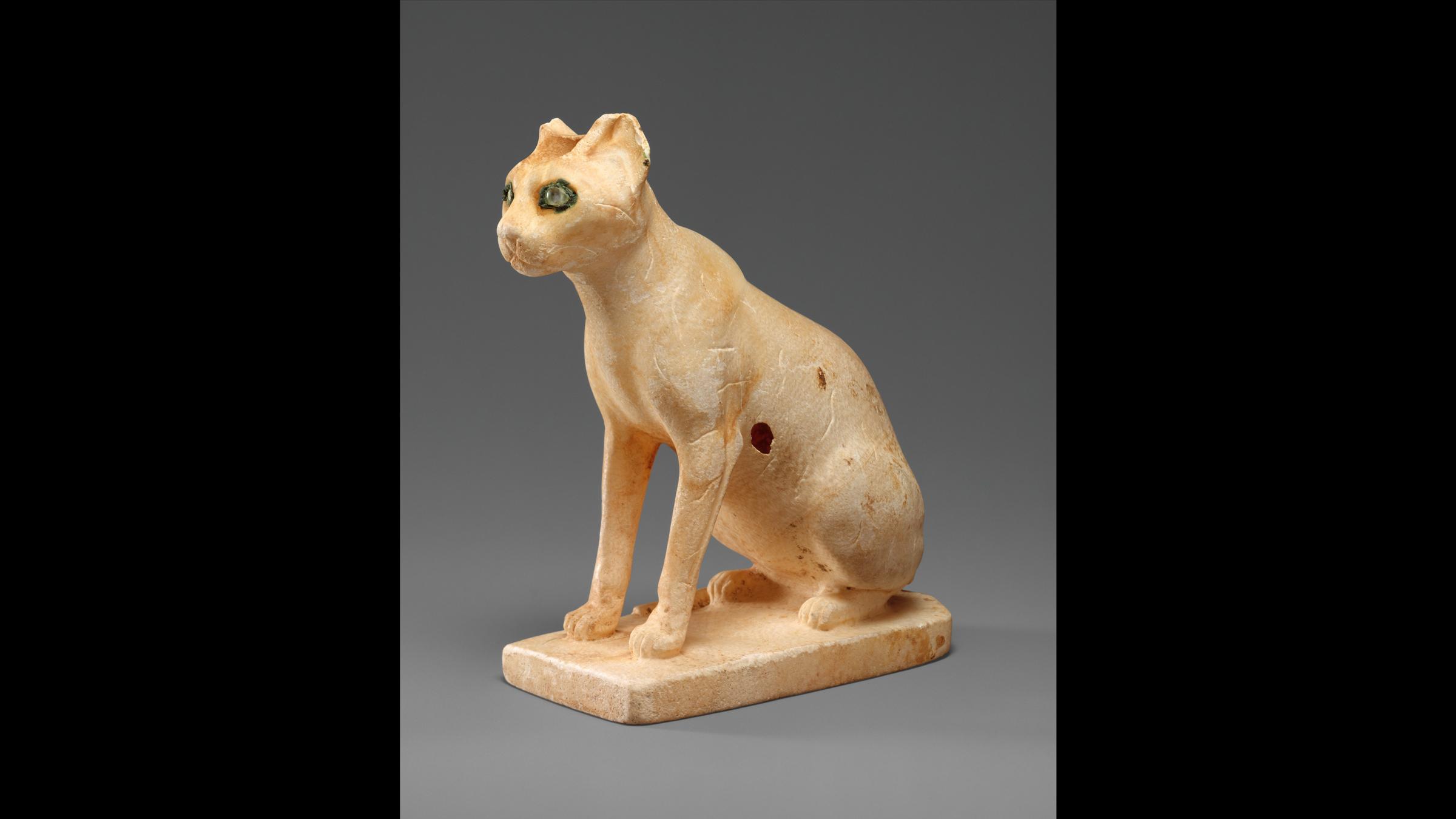 Un vaisseau cosmétique en forme de chat, datant de l'Ancien Empire égyptien (1990–1900 avant JC).