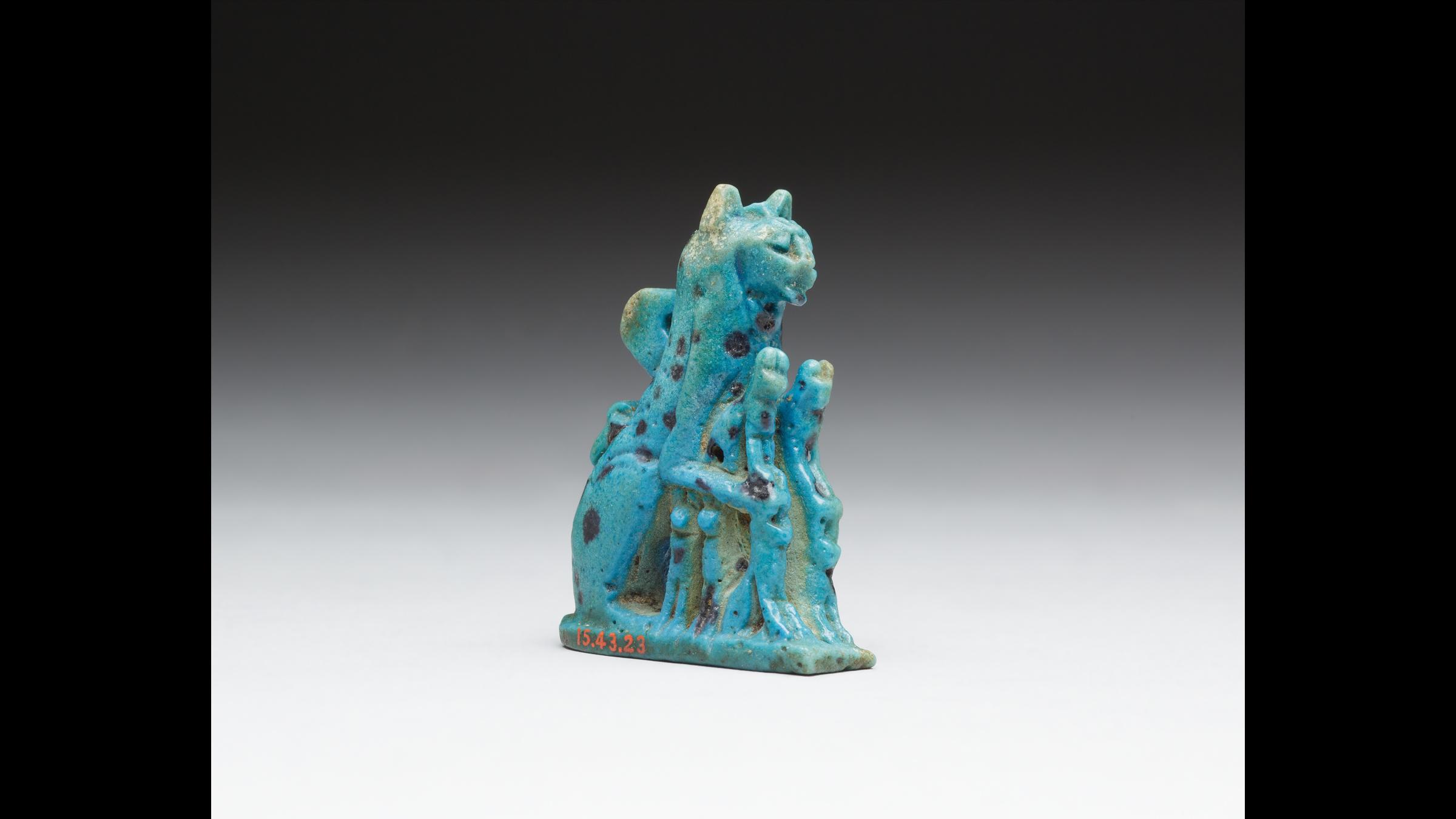 Une amulette pour chat fabriquée à partir de faïence datant de la troisième période intermédiaire égyptienne ou plus tard (1070–664 av. J.-C.).