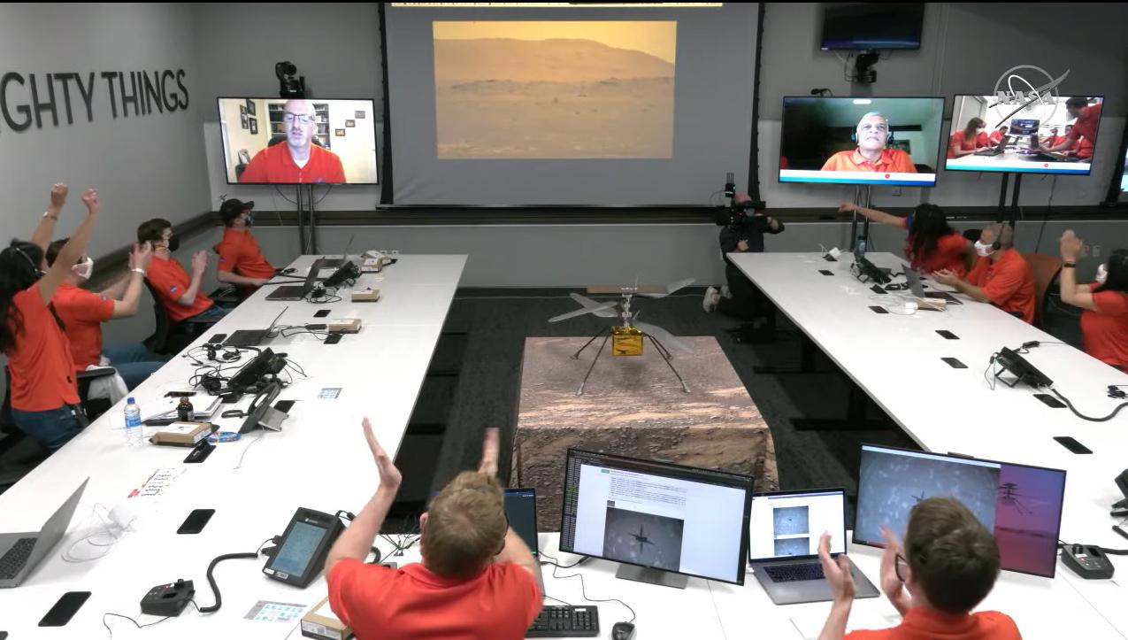 L'équipe Mars Helicopter Ingenuity de la NASA célèbre après avoir vu une vue du premier vol du drone sur Mars capturé par le rover Perseverance le 19 avril 2021 alors qu'ils regardaient depuis le Jet Propulsion Laboratory à Pasadena, en Californie.