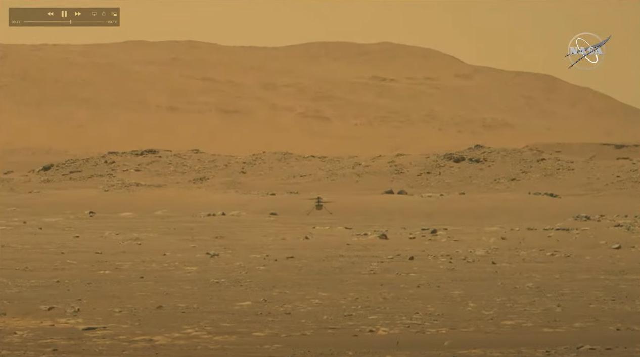 Cette image fixe du rover Perseverance de la NASA sur Mars montre l'ingéniosité de l'hélicoptère de Mars planant au-dessus de la surface martienne lors de son premier vol historique le 19 avril 2021.