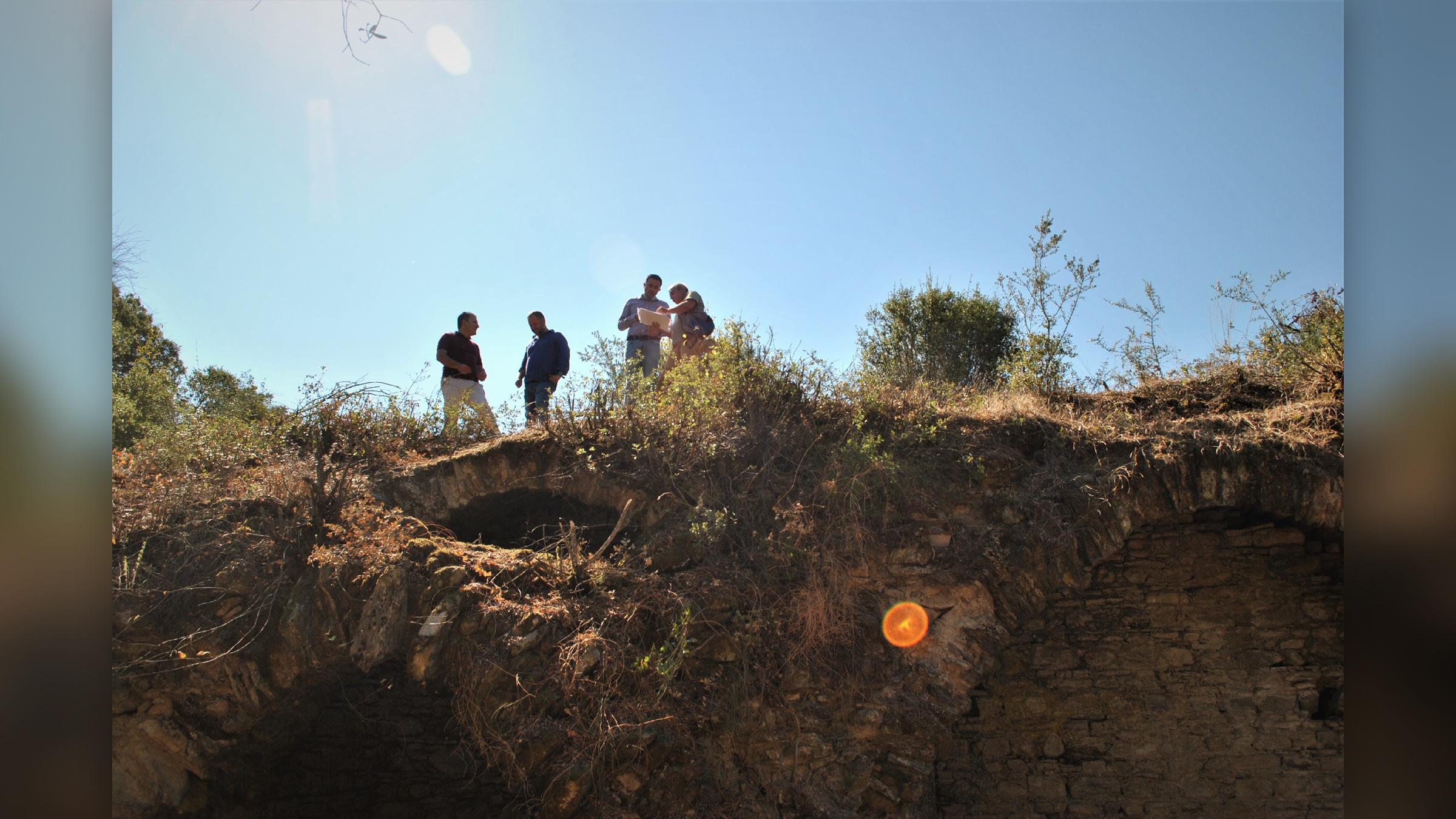 Les chercheurs examinent et nettoient la zone de Mastaura.