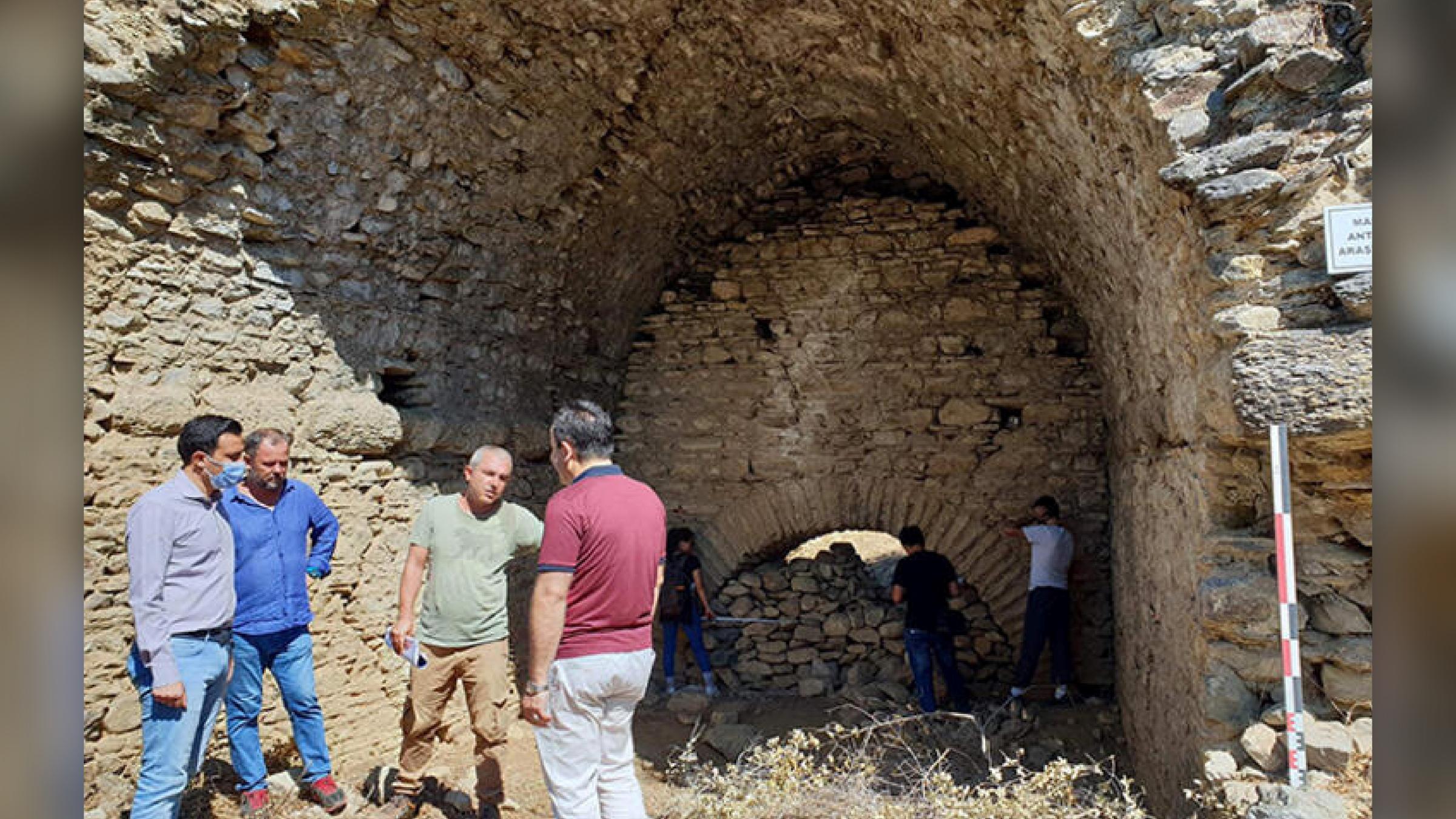 L'archéologue et chef de projet, Sedat Akkurnaz, consulte l'équipe d'enquête.