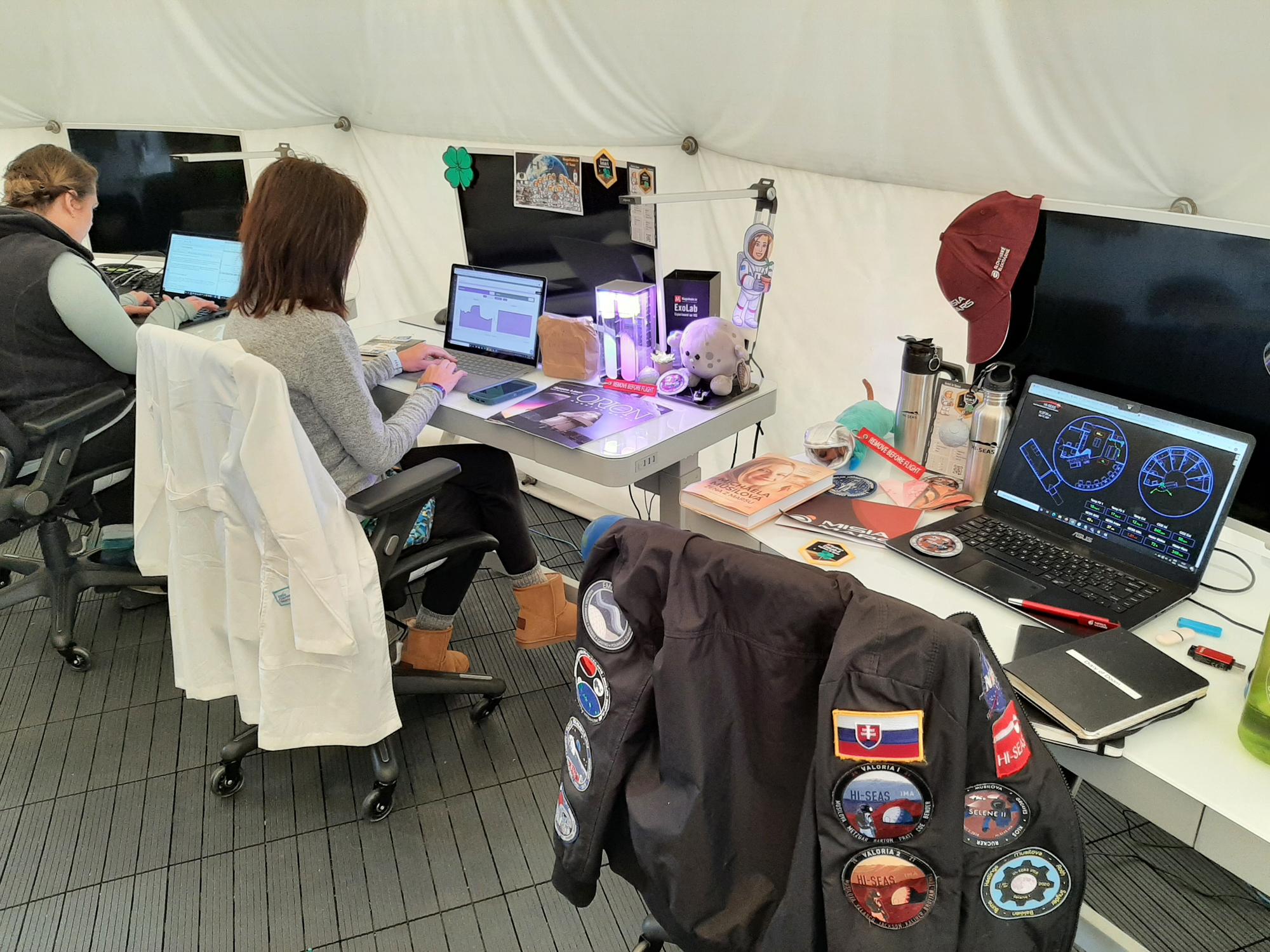 L'équipage du Selene IV a redécoré la majeure partie de l'habitat HI-SEAS, y compris leurs bureaux de travail.