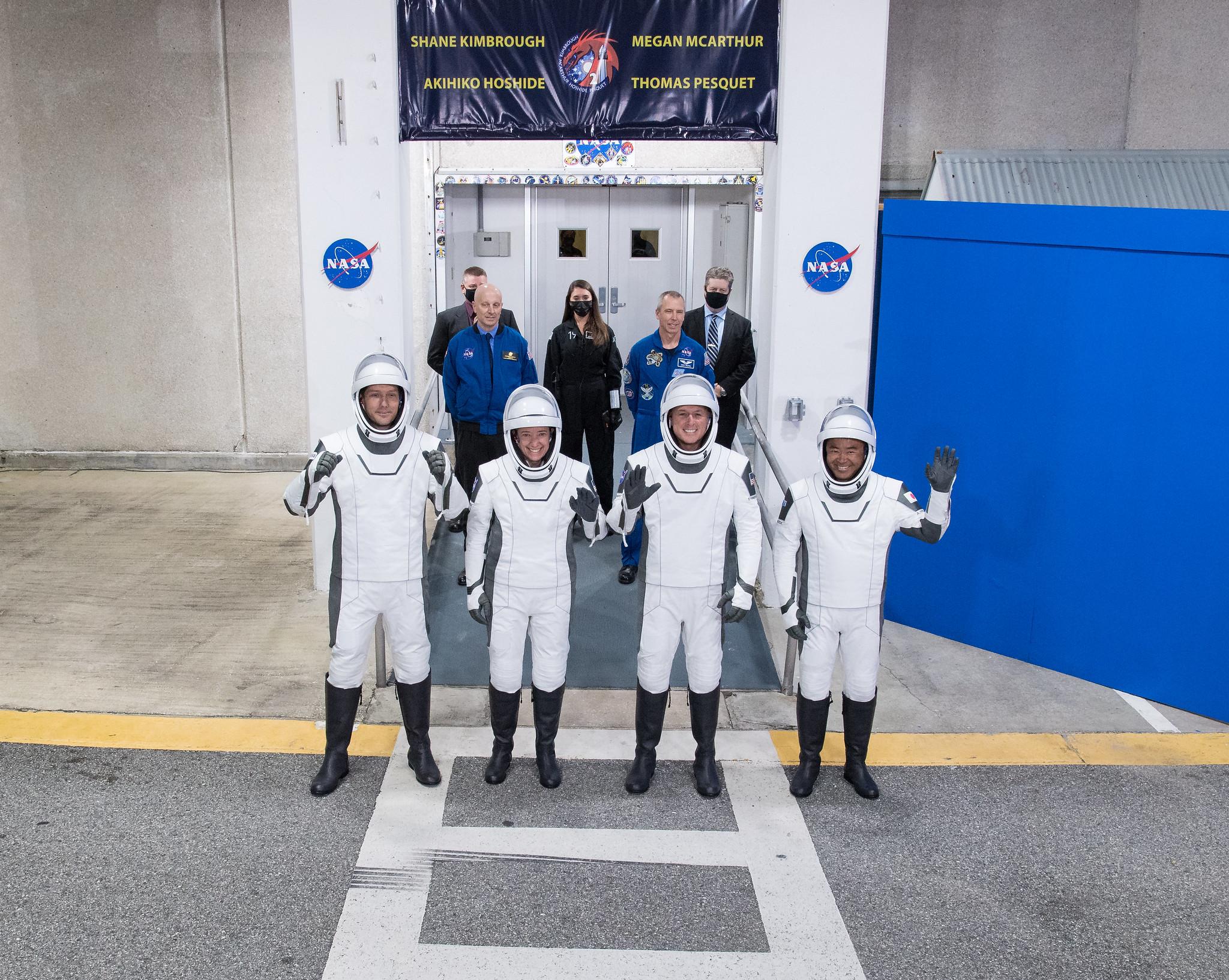 Les astronautes de l'équipage 2 sortent avant le lancement le 23 avril 2021.