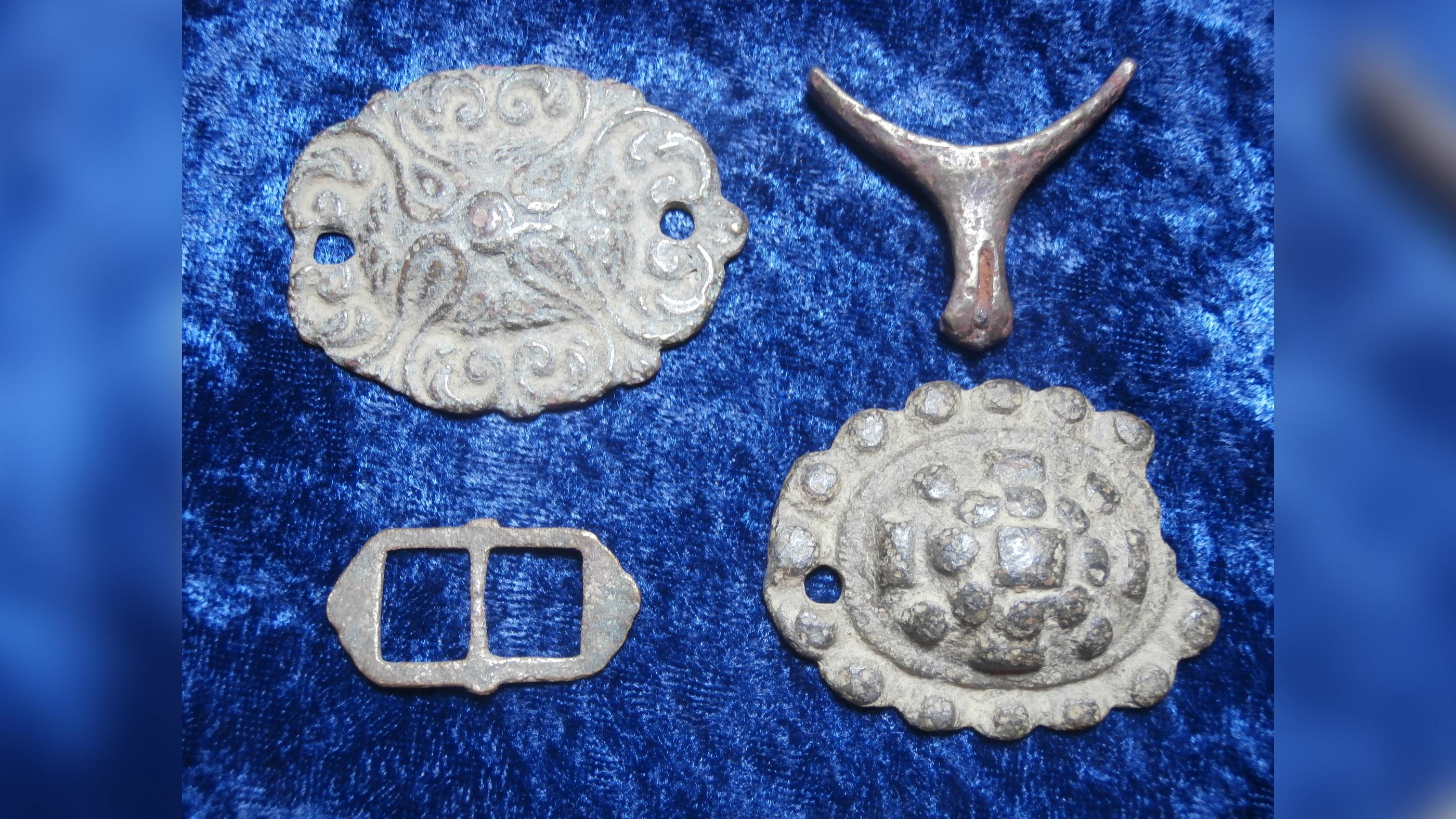 Bailey a déterré d'autres objets métalliques de la même période, y compris ces mors-bosses de la bride d'un cheval, une boucle pour un éperon et une partie d'un éperon lui-même.