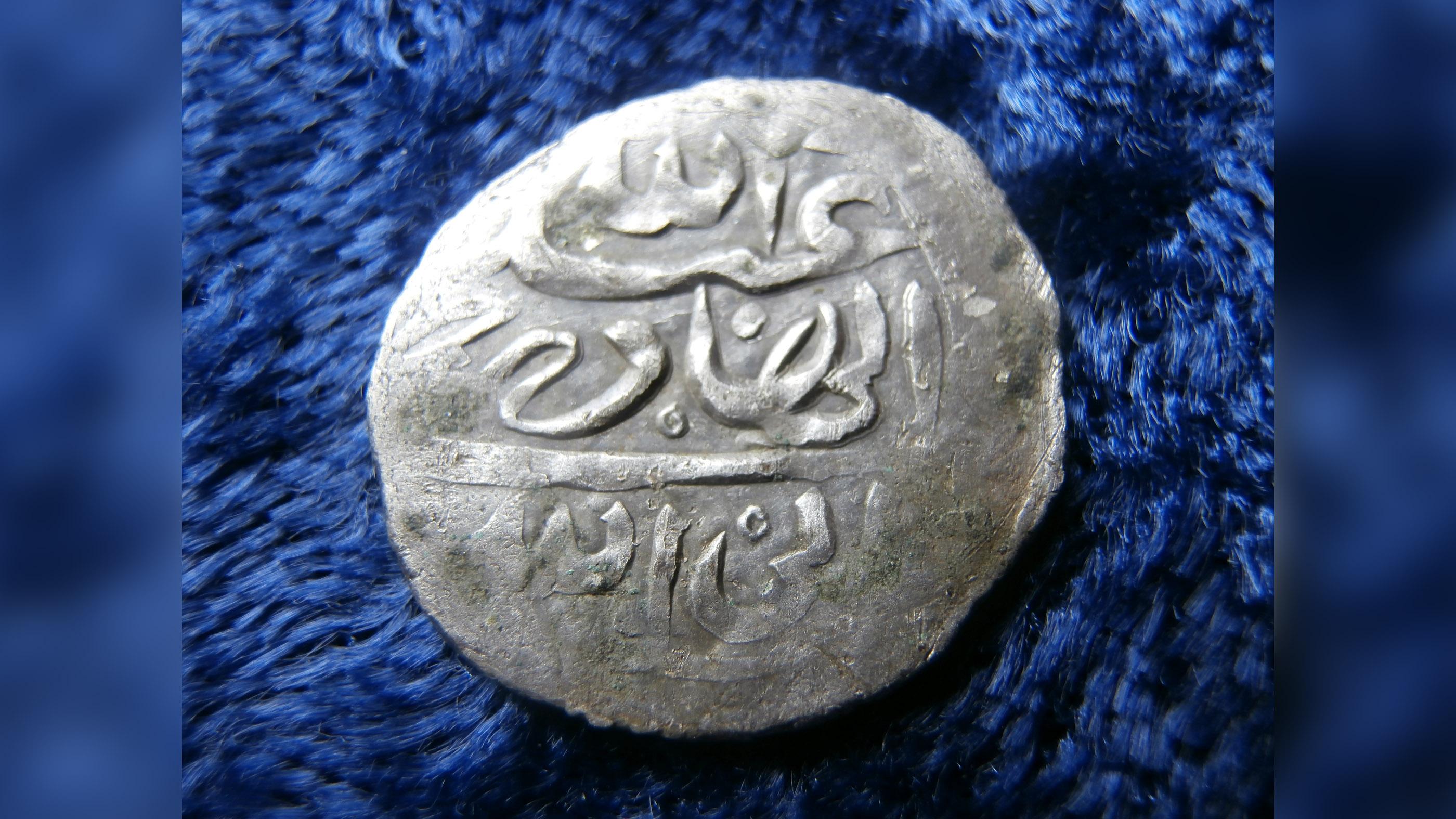 La pièce d'argent yéménite de 1693 trouvée en 2014 à Rhode Island.  Des pièces similaires similaires ont depuis été découvertes sur des sites coloniaux américains.