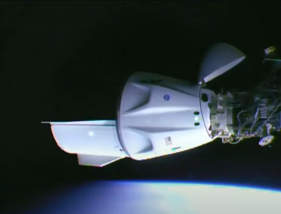 Le Crew-2 Crew Dragon est vu amarré à l'avant du module Harmony de la NASA de la Station spatiale internationale après son amarrage le 24 avril 2021.