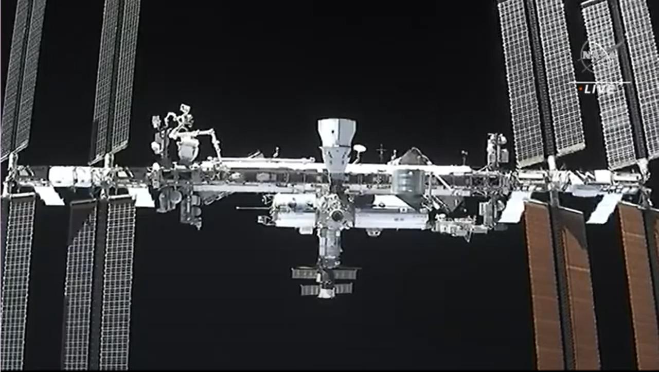 La station spatiale internationale et la résilience du vaisseau spatial Crew-1 Crew Dragon de SpaceX (en haut) peuvent être vus dans cette vue de la caméra depuis le Crew-2 Dragon Endeavour lors des opérations d'amarrage le 24 avril 2021.