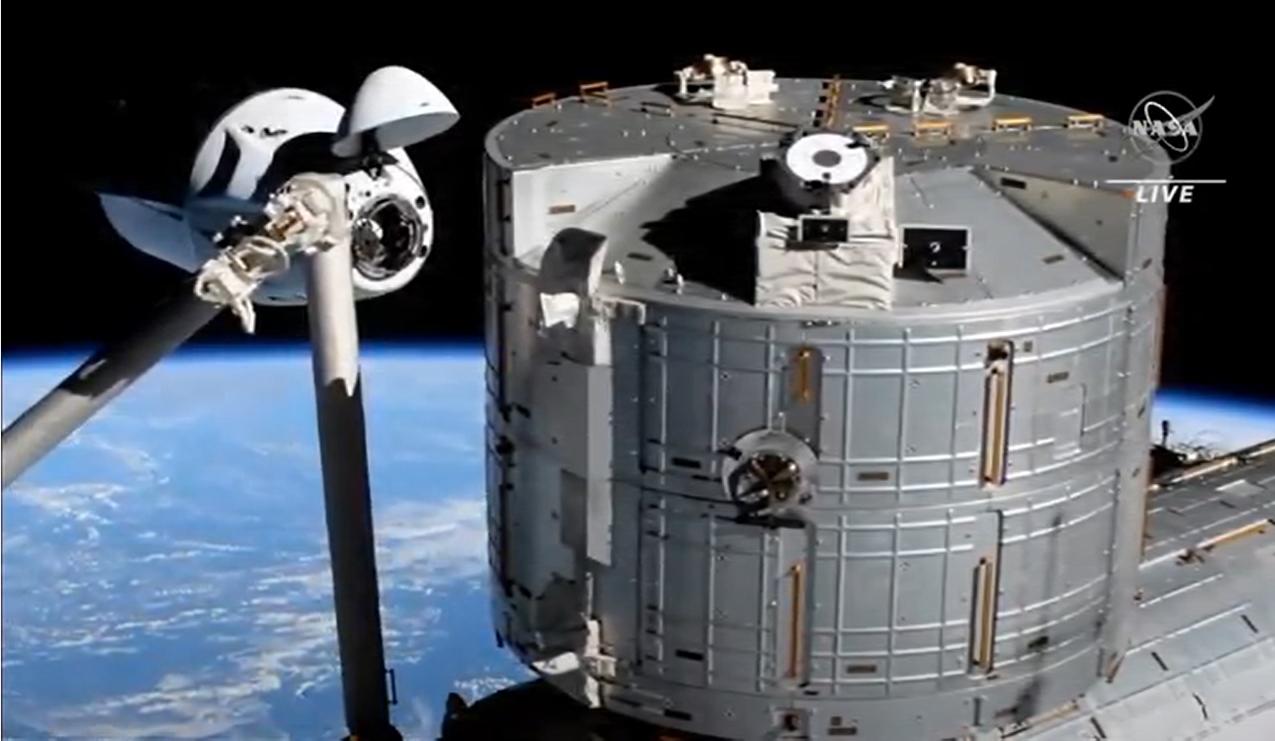 Le Crew-2 Crew Dragon Endeavour de SpaceX arrive à la Station spatiale internationale avec quatre astronautes à bord dans un amarrage en douceur le 24 avril 2021, un jour après son lancement en orbite.