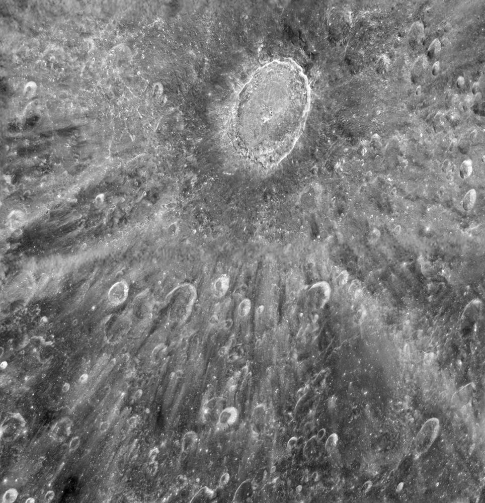 Des astronomes utilisant le télescope spatial Hubble de la NASA ont pris cette photo du cratère Tycho de la lune en janvier 2012 pour aider à se préparer au transit de Vénus sur le visage du soleil les 5 et 6 juin.  de cette année.  Hubble a observé le transit, utilisant la lune comme miroir.