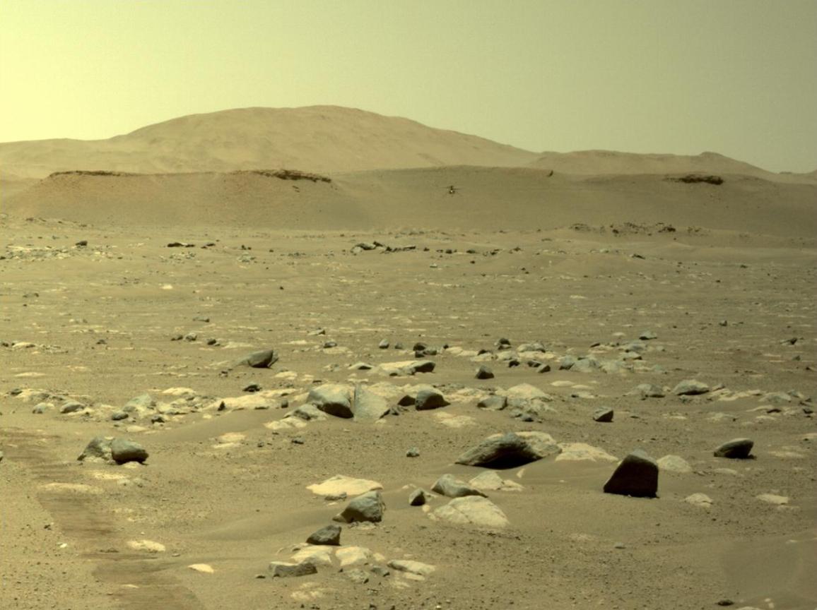 L'hélicoptère Mars de la NASA Ingenuity effectue son troisième vol sur la planète rouge sur cette photo du rover Perseverance prise le 25 avril 2021.