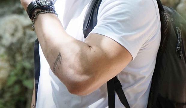 """""""Ressemblez à vous, soyez comme vous regardez"""", le sens du tatouage de Kerem.  (Photo: Instagram)"""