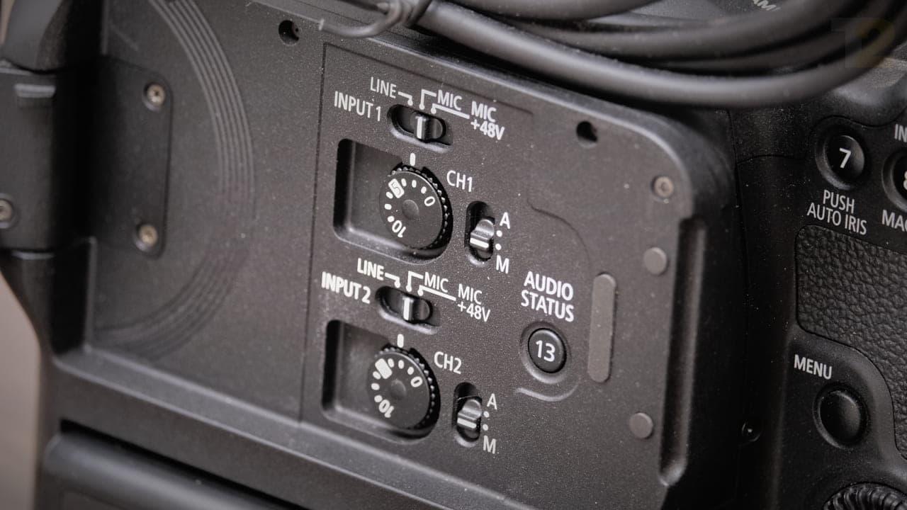 Le panneau de commande audio du C70 est de loin ma fonction préférée.  Le panneau, couplé à des entrées mini XLR avec alimentation fantôme, résout l'une de mes plus grandes frustrations lors de la prise de vue vidéo.  Image: Anirudh Regidi