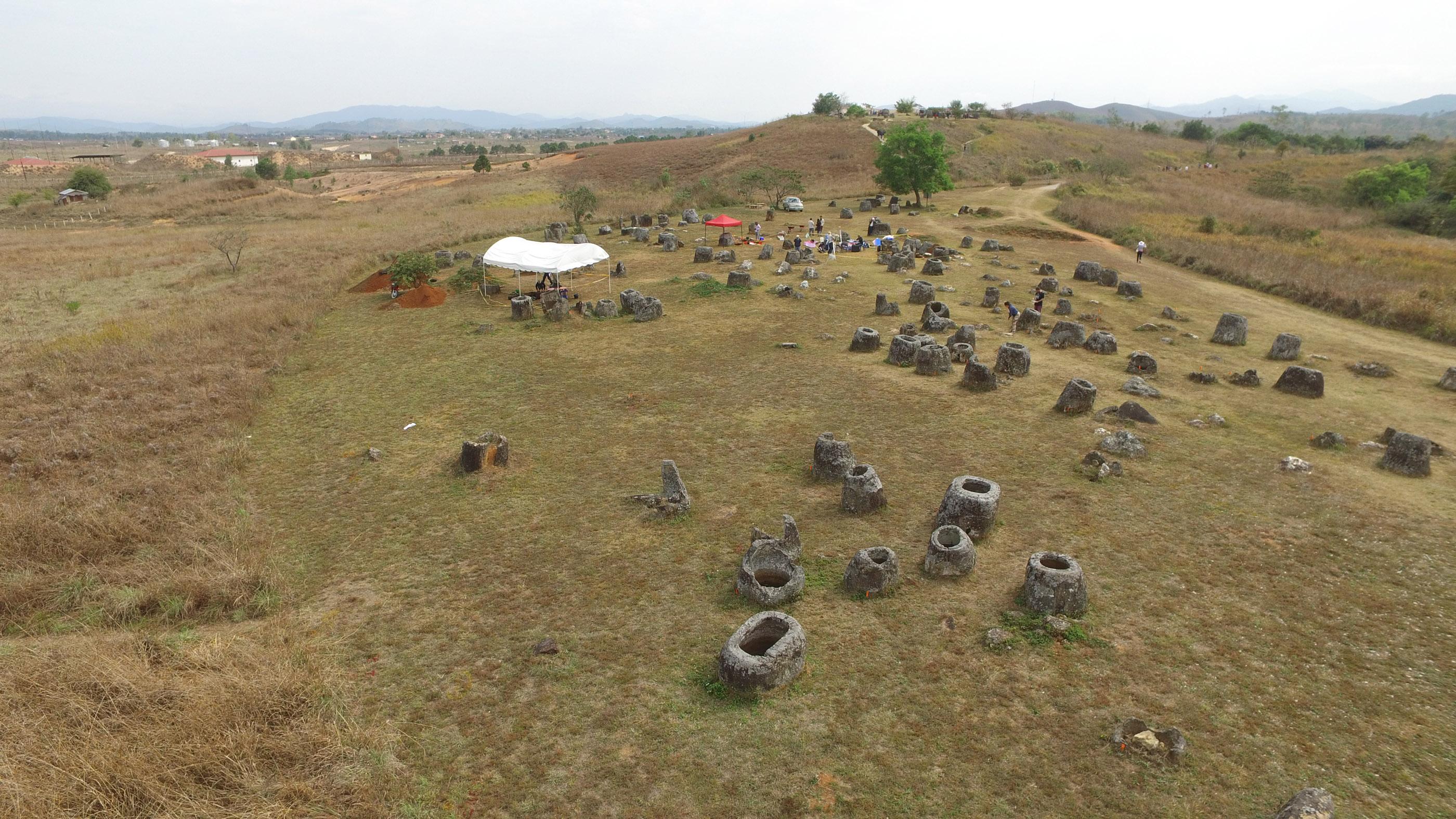 Les dernières recherches de la Plaine des Jarres combinent l'âge de certains des bocaux en pierre avec l'âge de certaines sépultures - la plupart des enterrements se sont révélés beaucoup plus jeunes que les bocaux en pierre.