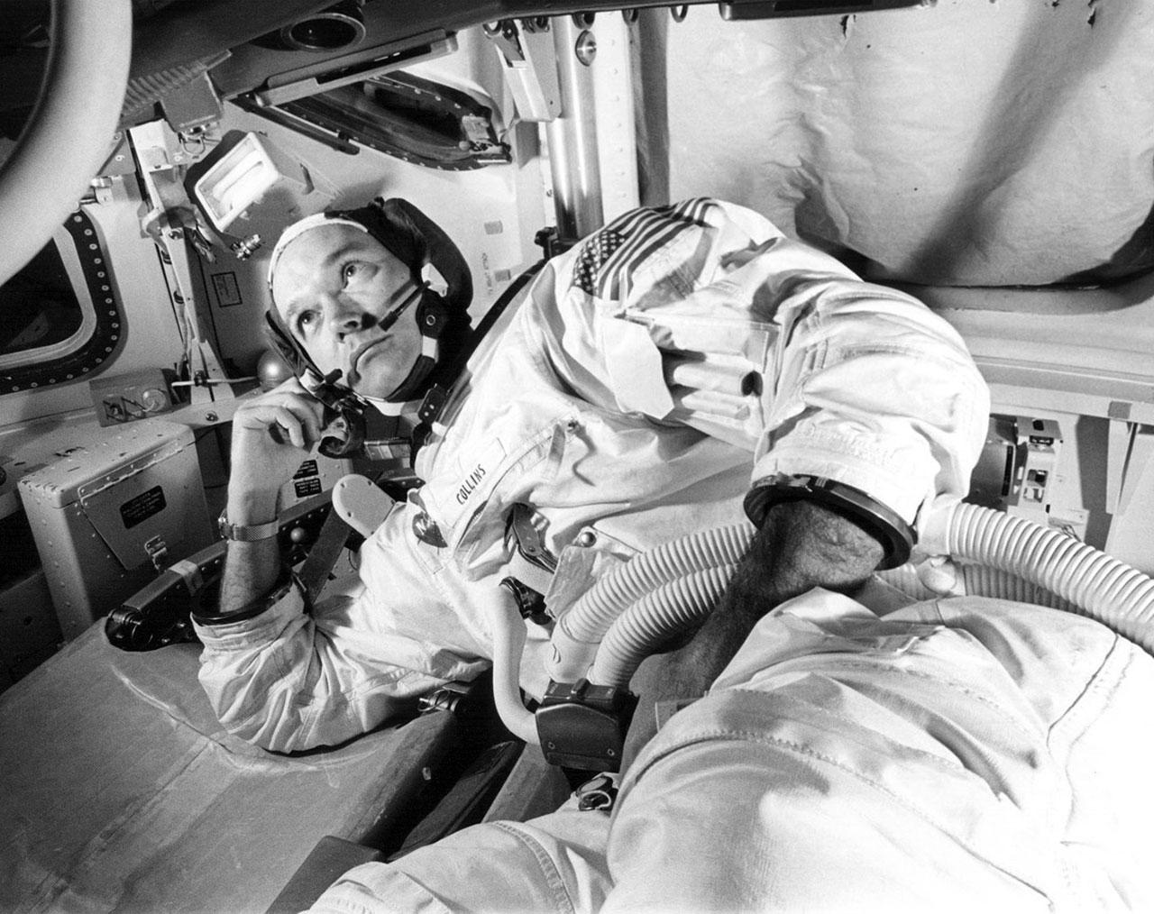 Michael Collins s'entraîne dans le simulateur du module de commande Apollo en préparation de la mission Apollo 11 en juin 1969.