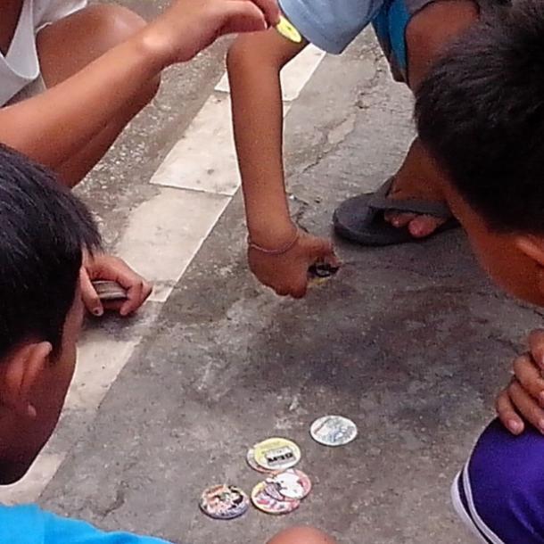 enfants jouant aux pogs