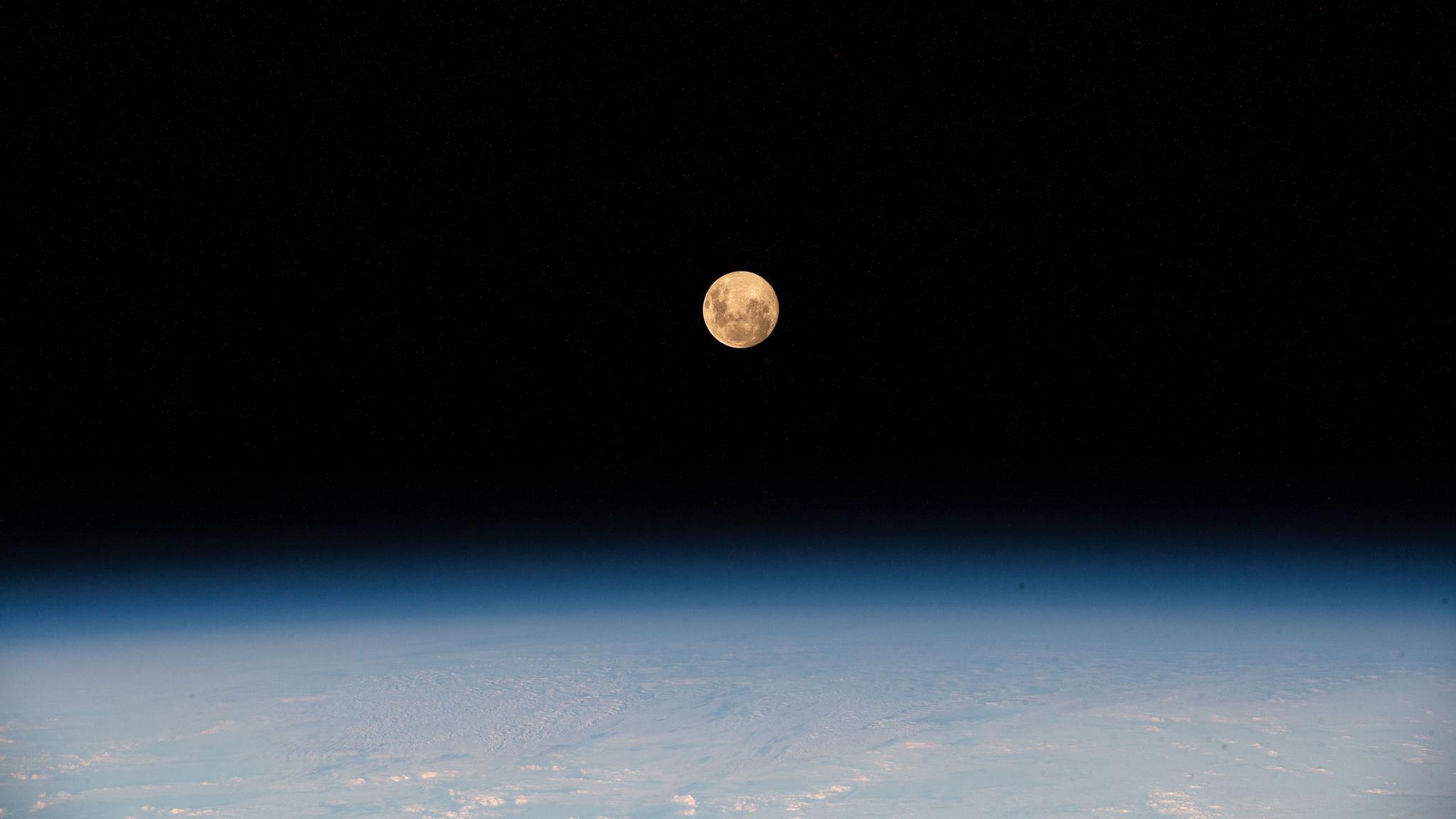La Super Lune Rose du 26 avril 2021 est vue depuis la Station spatiale internationale, alors qu'elle tournait autour de 430 kilomètres au-dessus du sud de l'océan Indien.