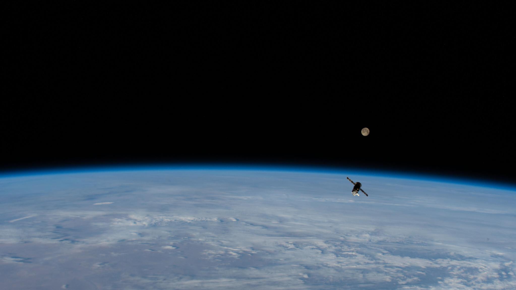 Le navire russe de ravitaillement Progress 75 quitte la Station spatiale internationale, rempli de déchets, alors que la Super Pink Moon brille en arrière-plan, le 27 avril 2021.