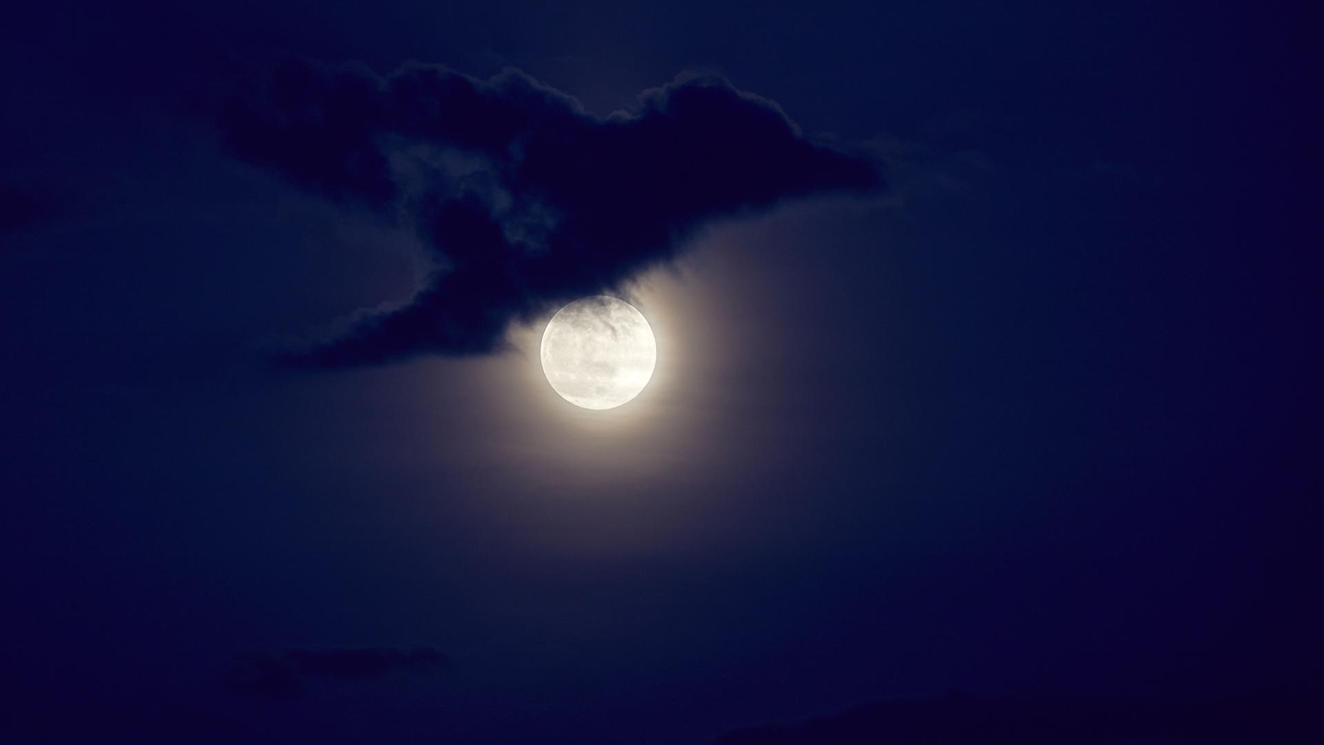 L'astrophysicien Gianluca Masi du Virtual Telescope Project a capturé cette vue de la Super Lune Rose à Rome, en Italie, vers 20h30, heure locale, le 26 avril 2021.