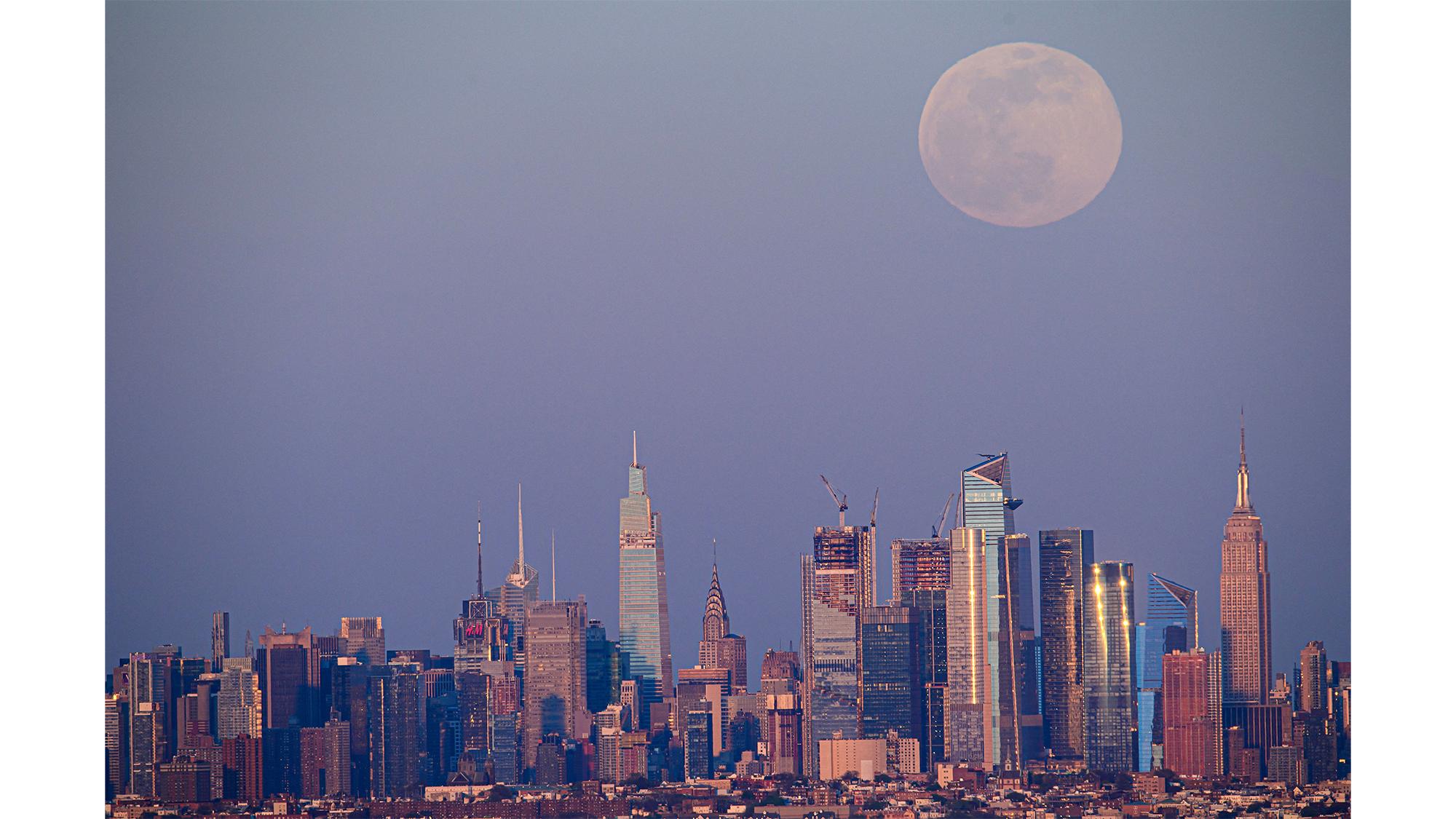 La Super Lune Rose se lève au-dessus de la ligne d'horizon de Manhattan le 26 avril 2021.