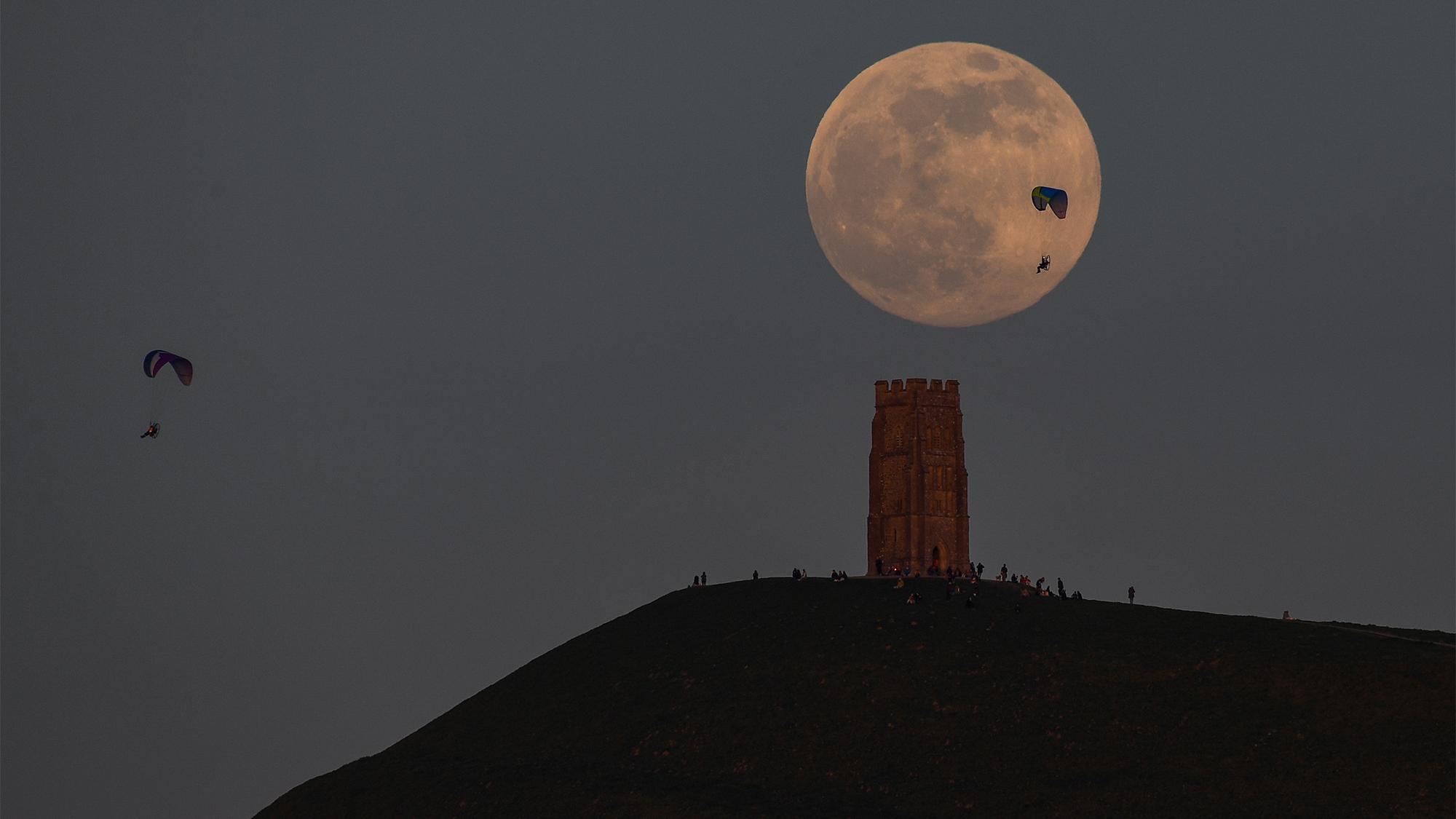 La Super Lune Rose se lève dans le ciel nocturne au-dessus de Glastonbury, en Angleterre, le 26 avril 2021.