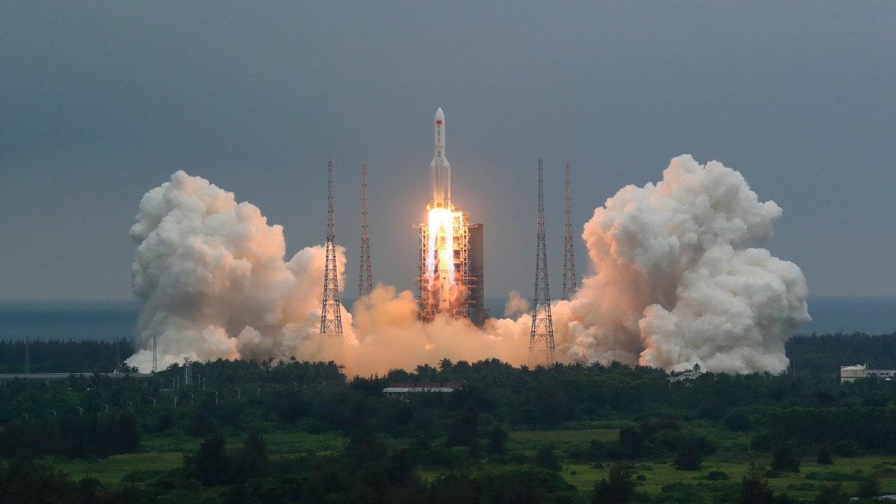 Sur cette photo publiée par l'agence de presse chinoise Xinhua, une fusée Long March 5B transportant un module pour une station spatiale chinoise décolle du site de lancement de l'engin spatial de Wenchang à Wenchang, dans la province de Hainan, dans le sud de la Chine, le jeudi 29 avril 2021. La Chine a lancé le module de base jeudi pour sa première station spatiale permanente qui accueillera des astronautes à long terme.  (Ju Zhenhua / Xinhua via AP)