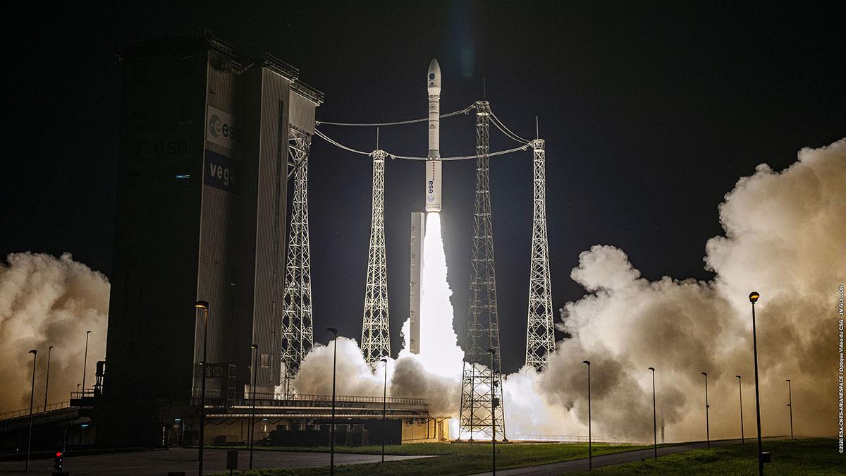Une fusée Arianespace Vega surmontée de 53 petits satellites est lancée depuis le Centre Spatial Guyanais le 2 septembre 2020.