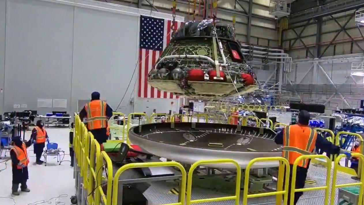 La capsule spatiale Boeing Starliner pour le vol d'essai Orbital Flight Test 2 obtient son bouclier thermique dans cette image fixe d'une vidéo Boeing publiée le 14 octobre 2020.