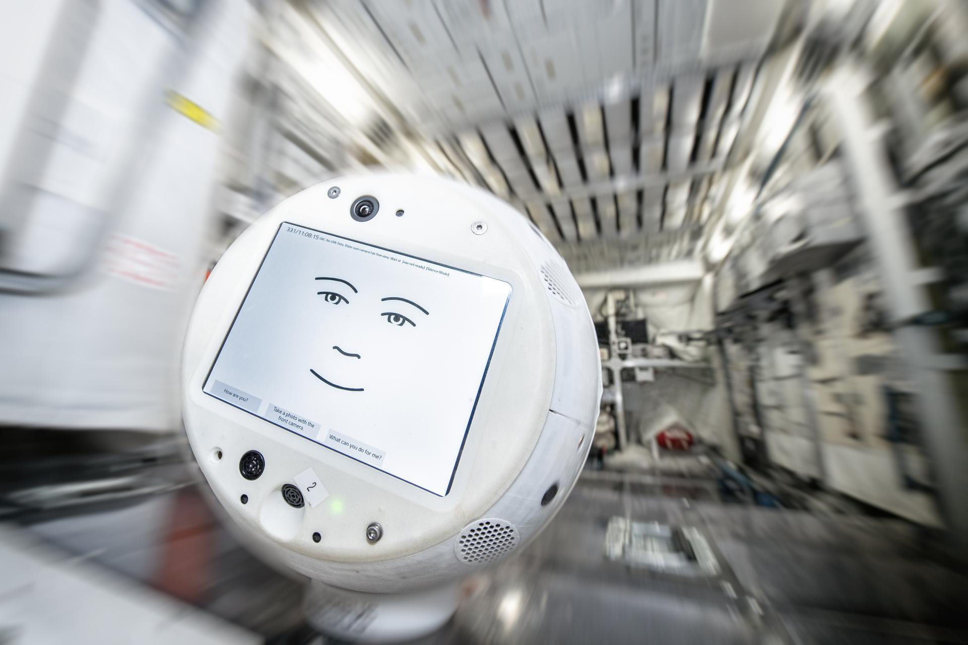 Le robot CIMON-2 (Crew Interactive MObile CompanioN) est un nouveau compagnon robotique pour les astronautes de la Station spatiale internationale.