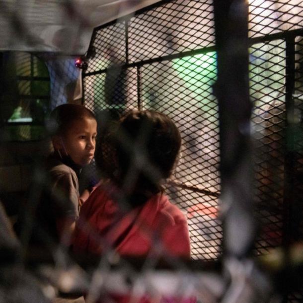 Deux enfants migrants non accompagnés à un point de contrôle de traitement à Roma, Texas