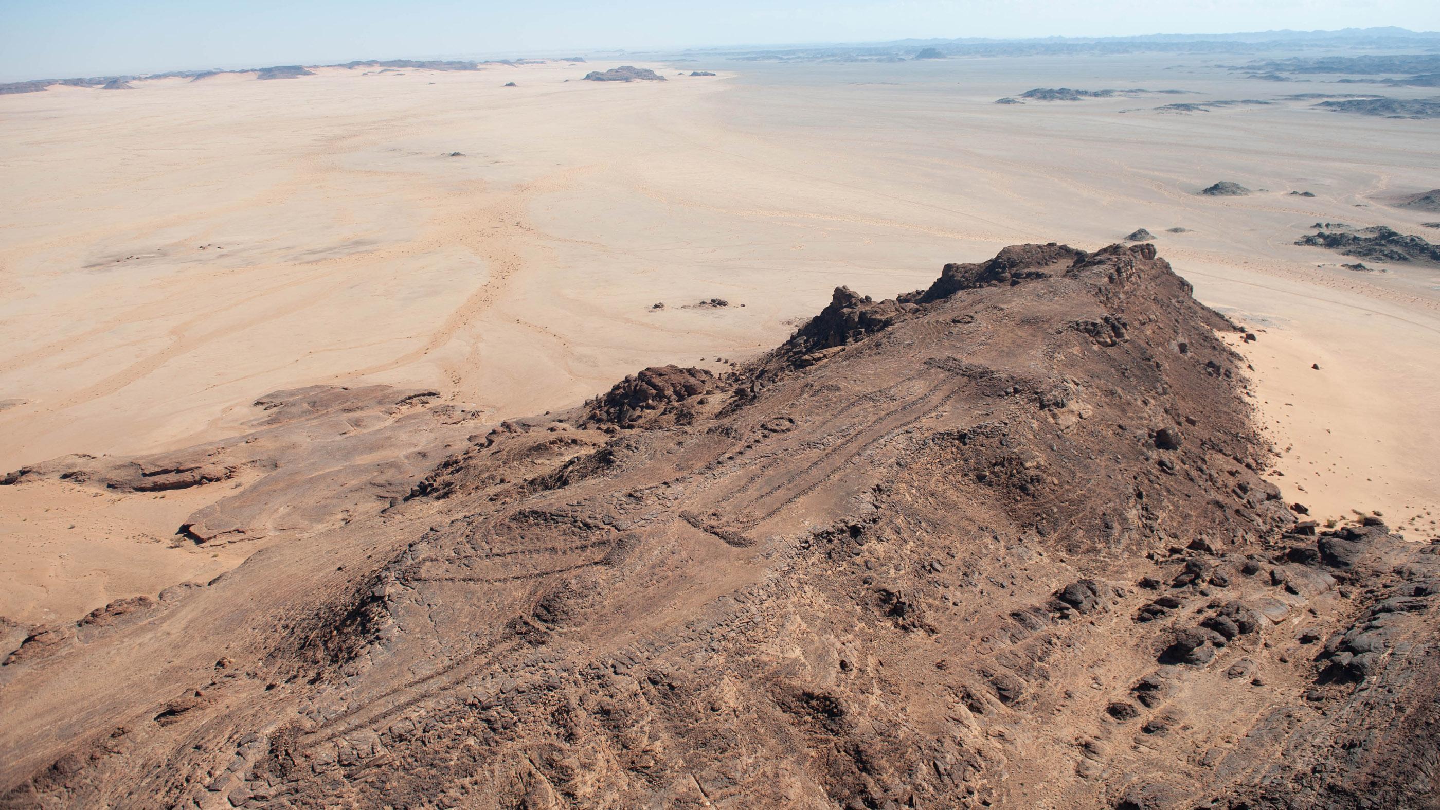 Plus de 1000 de ces mustatils ont été documentés en Arabie et remontent à environ 7000 ans.