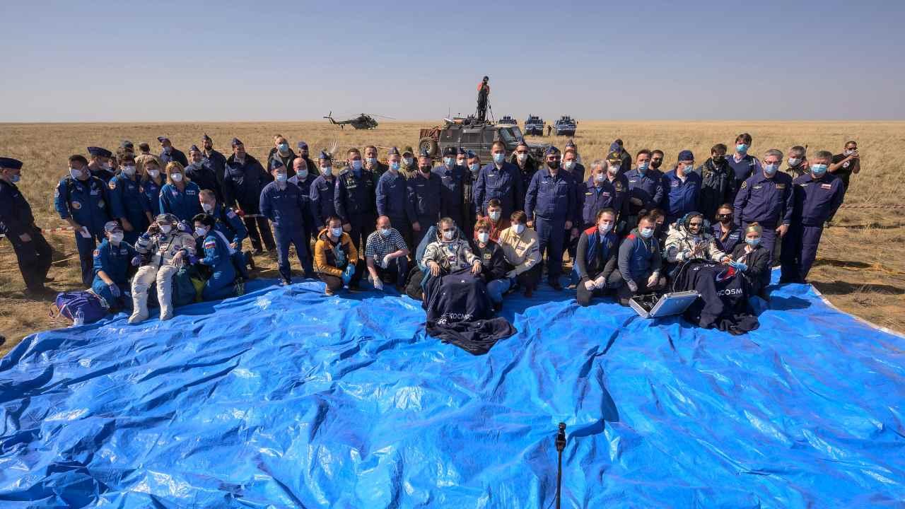 L'astronaute de l'expédition 64 de la NASA Kate Rubins, à gauche, le cosmonaute de Roscosmos, Sergey Ryzhikov, au centre, et le cosmonaute de Roscosmos, Sergey Kud-Sverchkov, sont assis sur des chaises à l'extérieur du vaisseau spatial Soyouz MS-17 après leur atterrissage dans une zone isolée près de la ville de Zhezkazgan, au Kazakhstan, samedi, 17 avril 2021. Crédit d'image: NASA / Bill Ingalls / Flickr