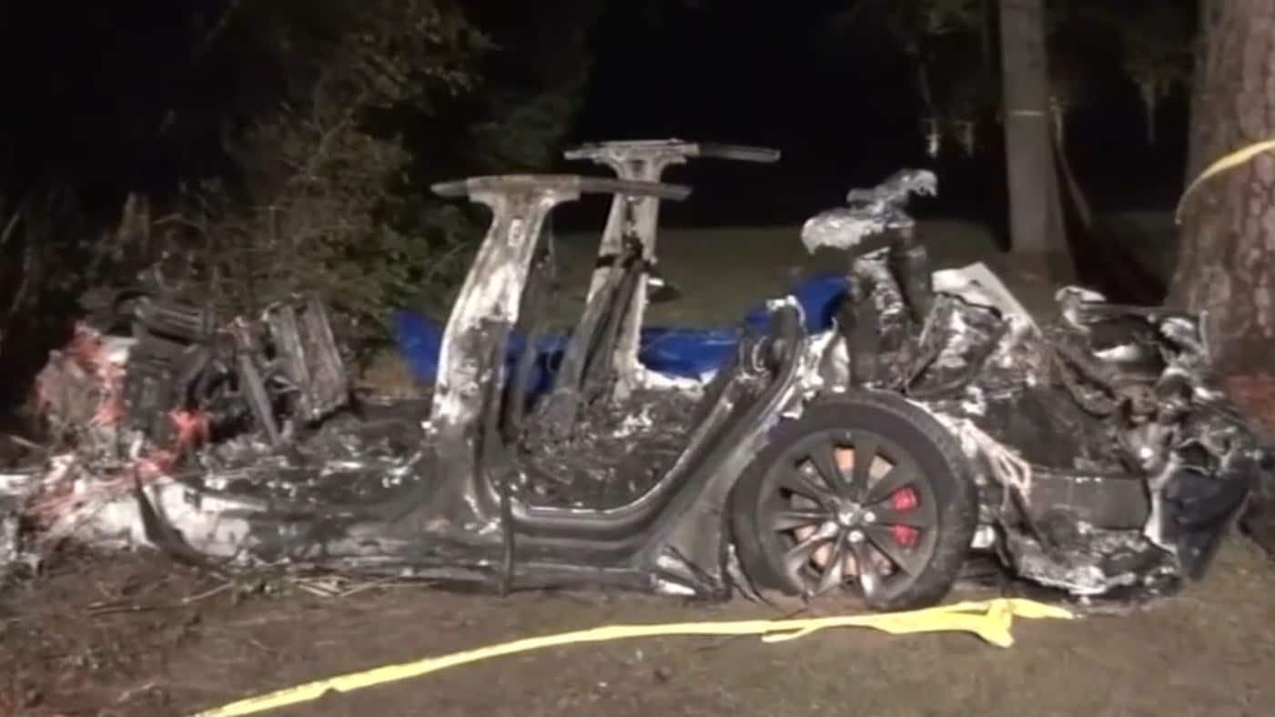 Les députés ont déclaré que la voiture roulait vite et n'a pas réussi à tourner un virage avant de quitter la route, heurtant un arbre et s'enflammant.  Image: ABC-13