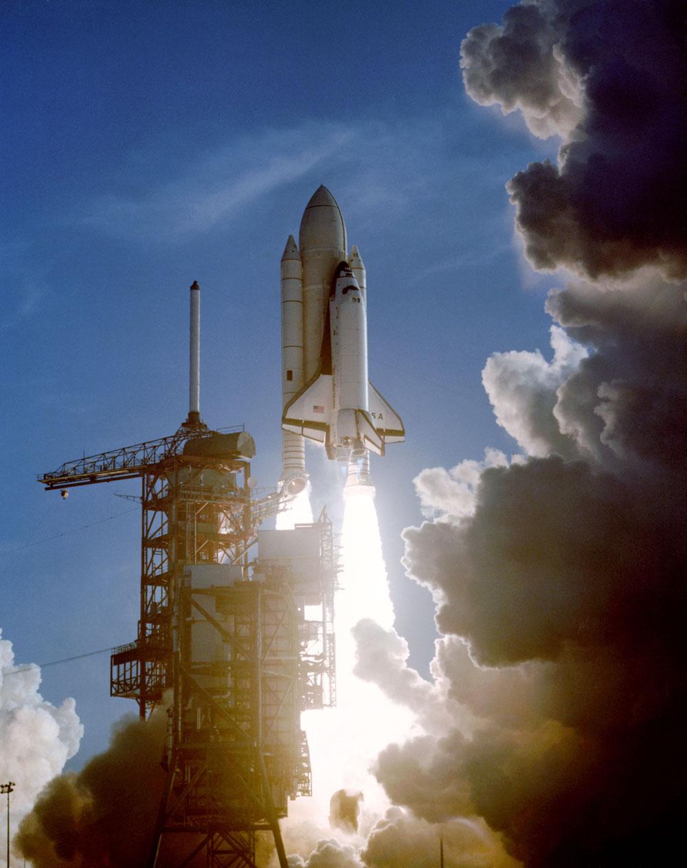Une caméra à distance de la rampe de lancement 39A du Kennedy Space Center a capturé cette scène alors que le premier vol de la navette spatiale Columbia commence le 12 avril 1981. Les astronautes John W. Young, commandant de la STS-1, et Robert L. Crippen, pilote, étaient à bord. Columbia comme il b
