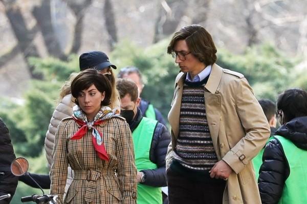 Lady Gaga et Adam Driver caractérisés comme Maurizio et Patrizia.  Photo: (Getty)