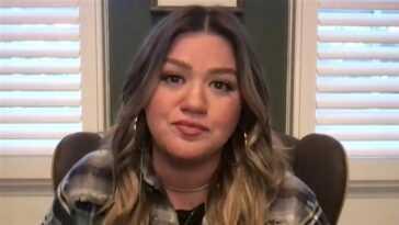 Kelly Clarkson a ému aux larmes après que la candidate de `` Voice '' ait interprété sa chanson