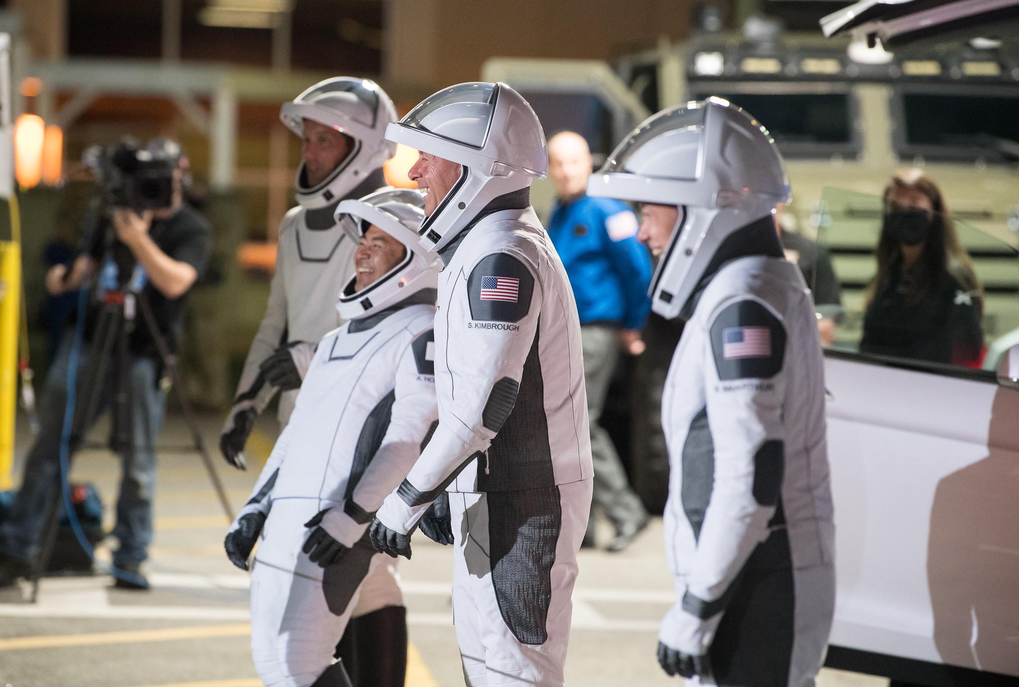 De gauche à droite, l'astronaute de l'ESA Thomas Pesquet, l'astronaute de la JAXA Akihiko Hoshide et les astronautes de la NASA Shane Kimbrough et Megan McArthur se préparent à quitter le bâtiment des opérations et de contrôle de Neil A. Armstrong pour le complexe de lancement 39A lors d'une répétition générale avant la mission Crew-2 lancement, le 18 avril 2021, au Kennedy Space Center de la NASA en Floride.