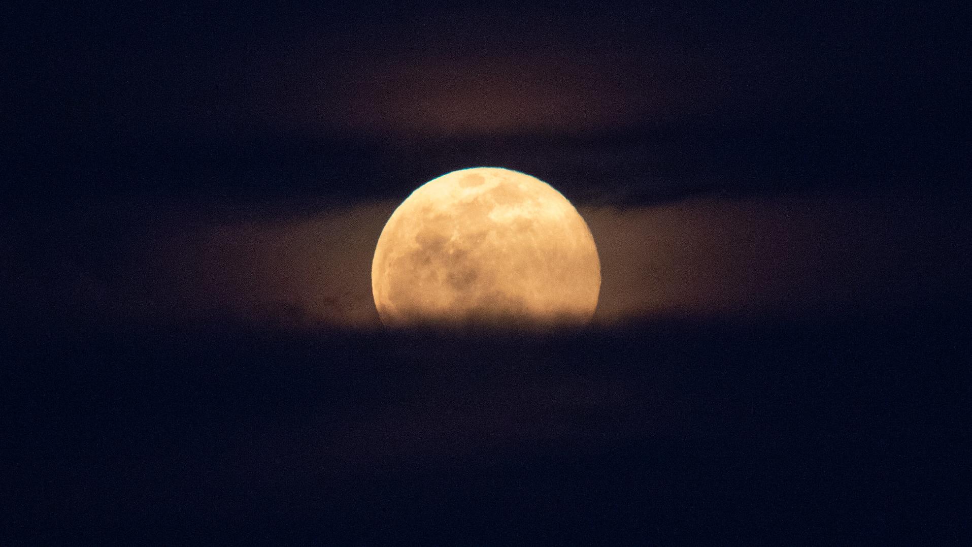 Une super lune se lève derrière le Capitole américain, lundi 9 mars 2020, à Washington., DC