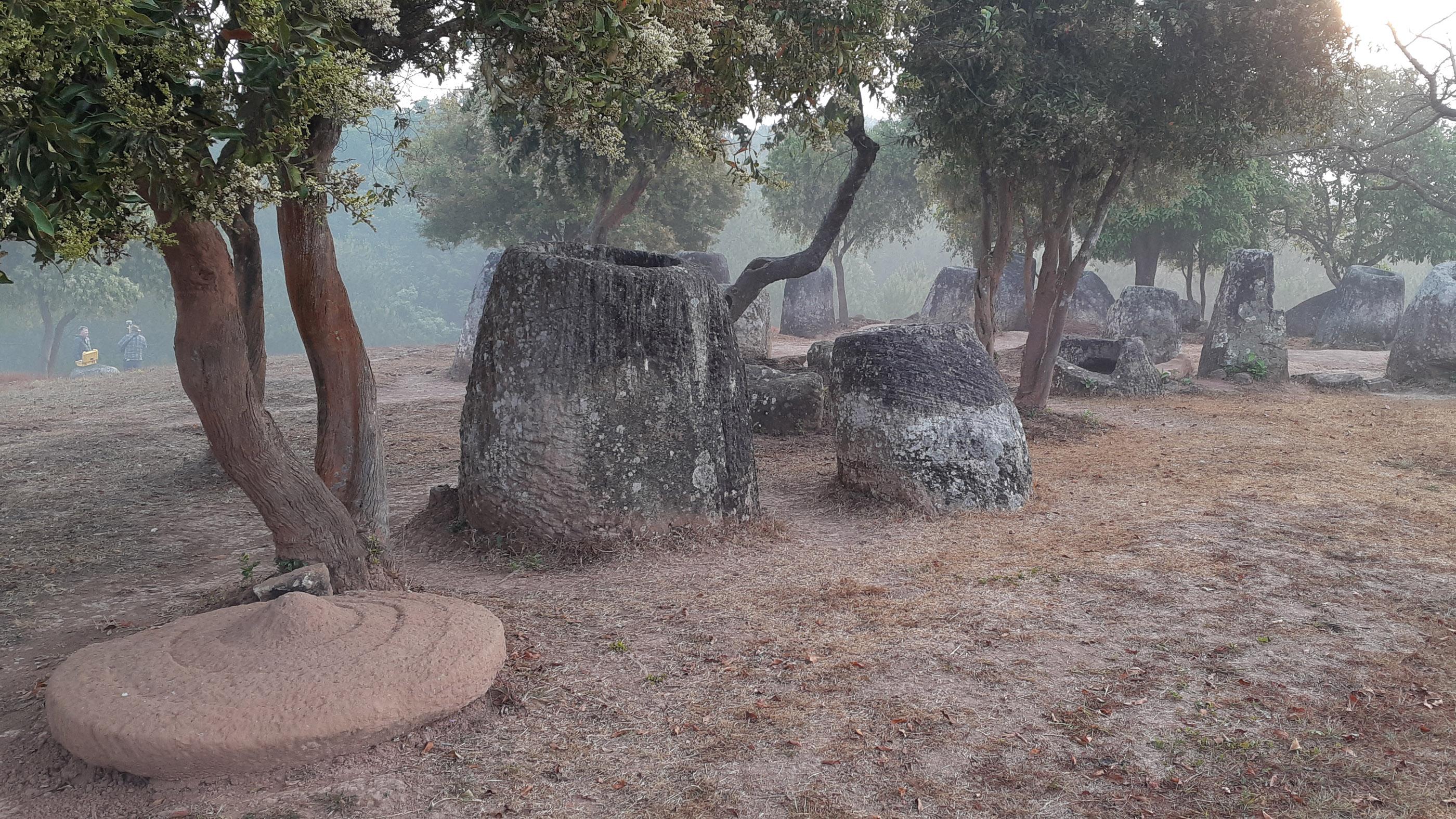 Lever du soleil à la plaine des Jarres dans le nord du Laos.  Le paysage est parsemé de jarres en pierre sculptée, dont certaines atteignent 3 m de haut et sont estimées à environ 3000 ans.