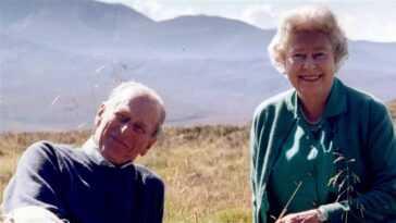 La reine Elizabeth dit au revoir au prince Philip avec une note posée sur son cercueil