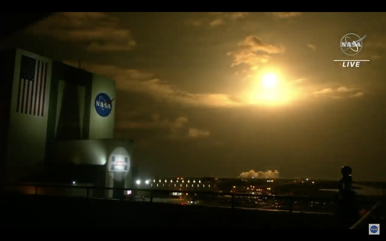 Crew-2 se lance à proximité du VAB au Kennedy Space Center de la NASA.