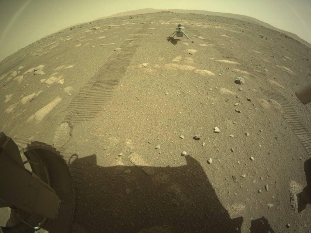 Le rover Perseverance de la NASA déploie un hélicoptère Ingenuity sur la surface de Mars