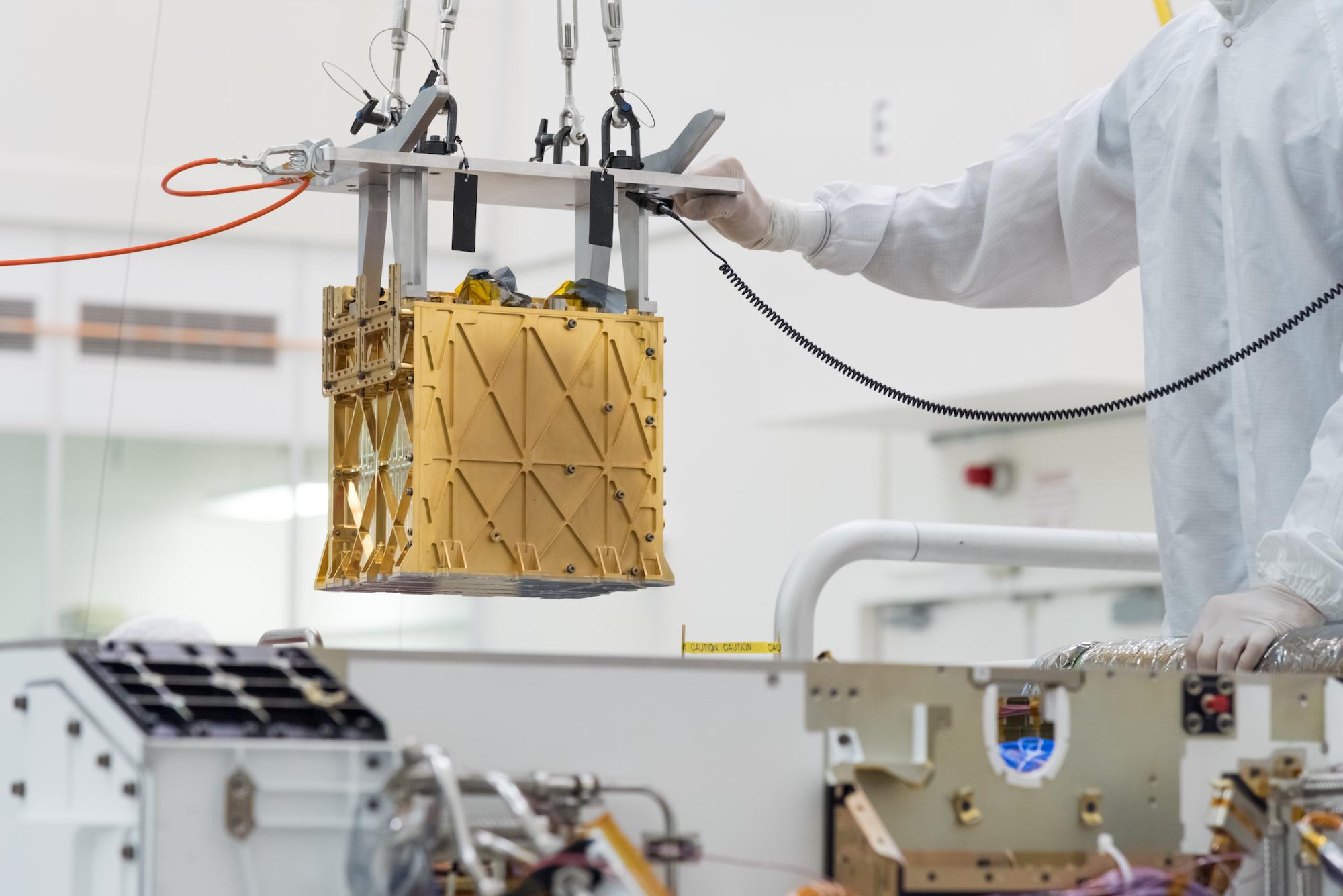 Les ingénieurs ont abaissé l'instrument MOXIE dans le rover Mars Perseverance en mars 2019.