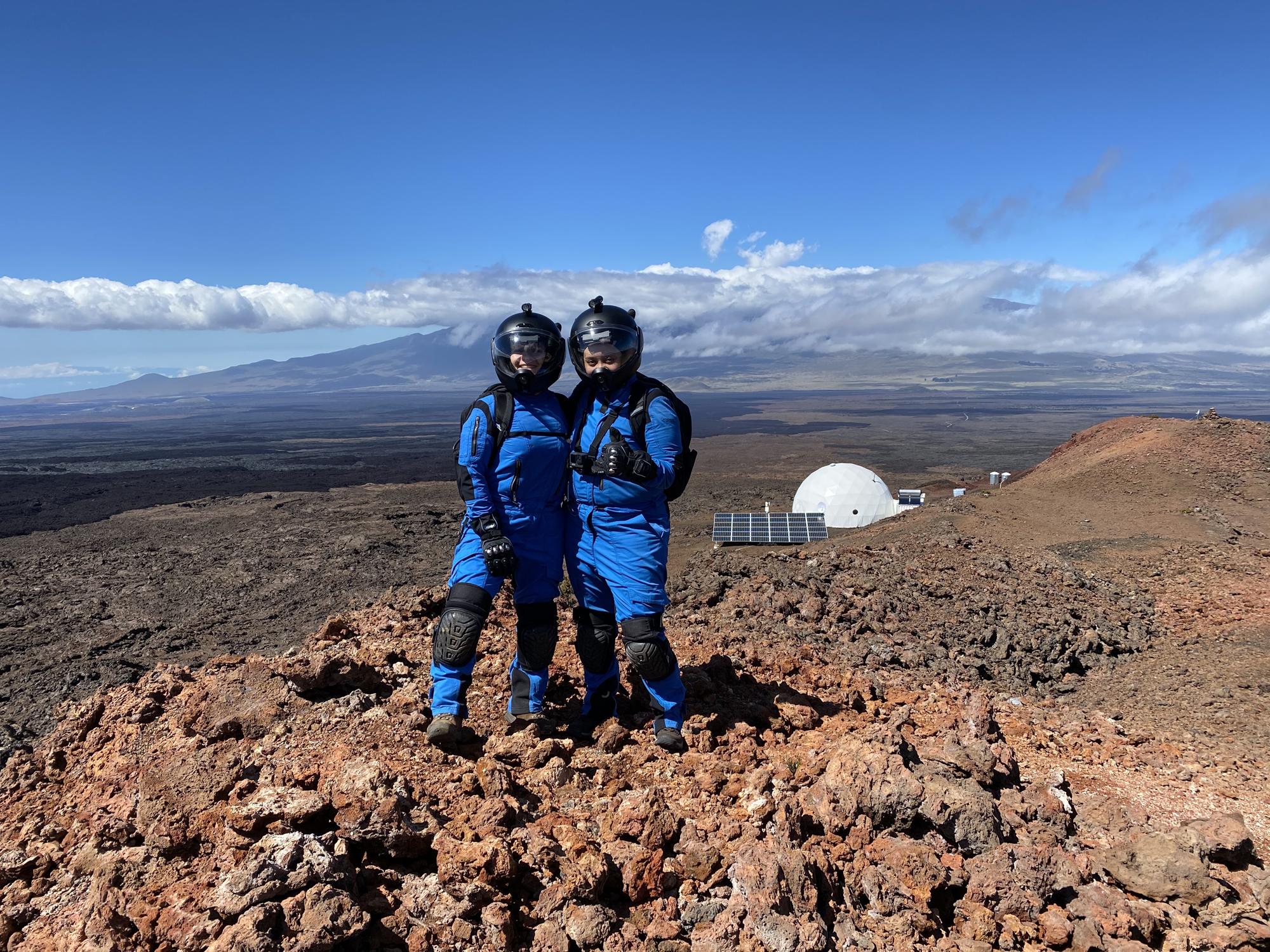 Le commandant Michaela Musilova et l'officier des opérations Eboni Brown sont photographiés lors d'un moonwalk au-dessus de HI-SEAS.