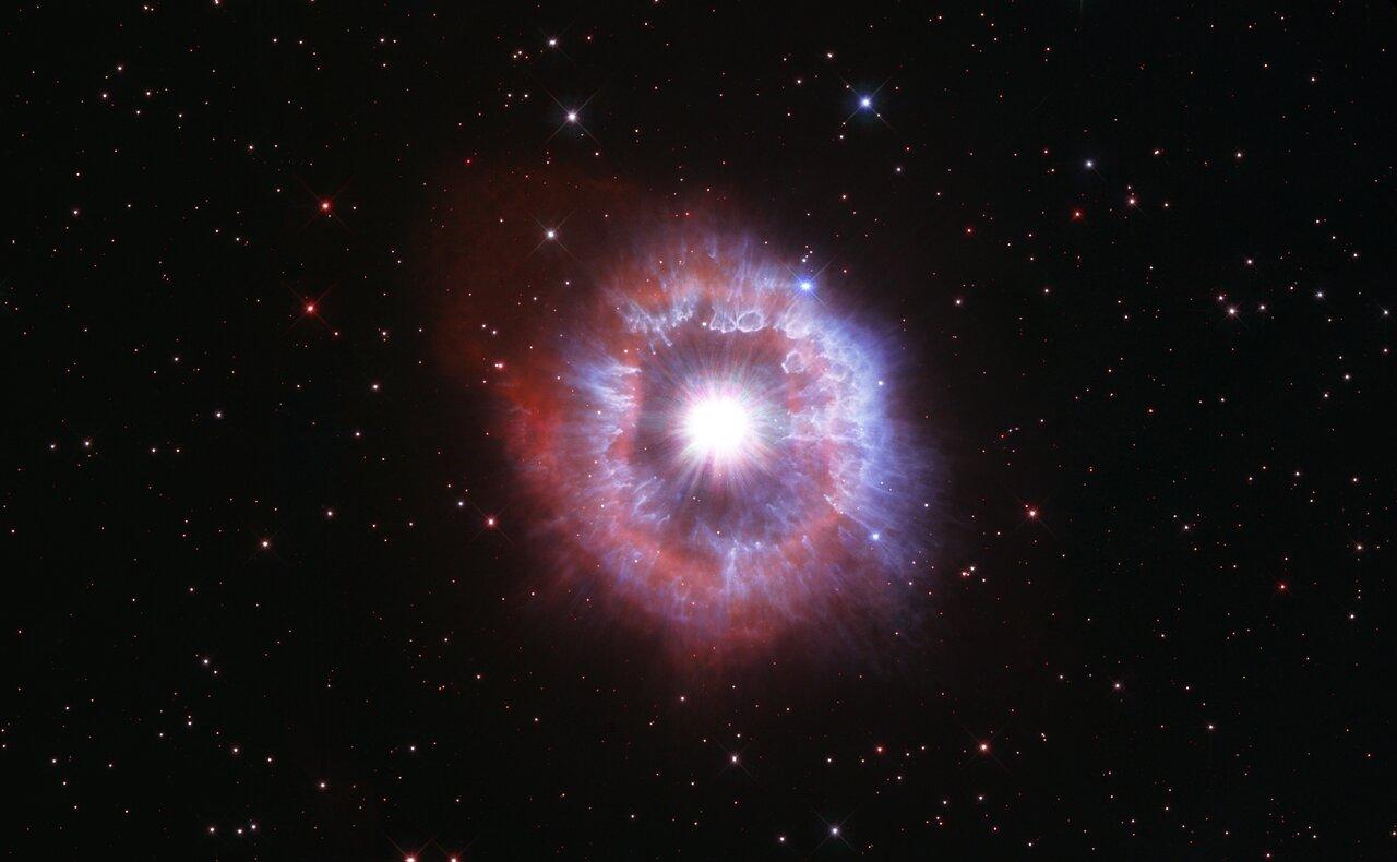 Une image du télescope spatial Hubble montre une étoile géante appelée AG Carinae, qui est entourée d'une vaste nébuleuse de gaz et de poussière d'environ 5 années-lumière de large.