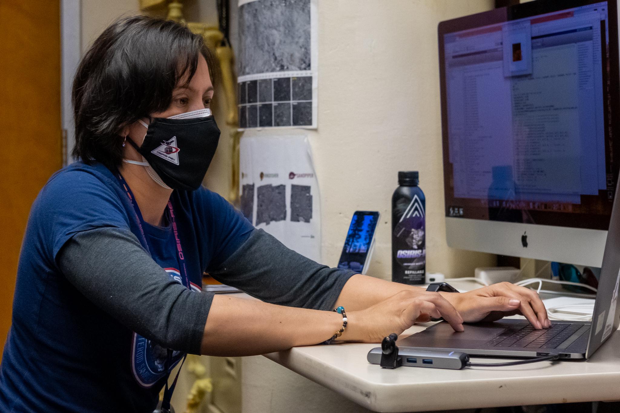 Leilah McCarthy, Flight Navigator de la société d'ingénierie KinetX, a traité les images de navigation pour aider OSIRIS-REx de la NASA à terminer son dernier survol de Bennu.