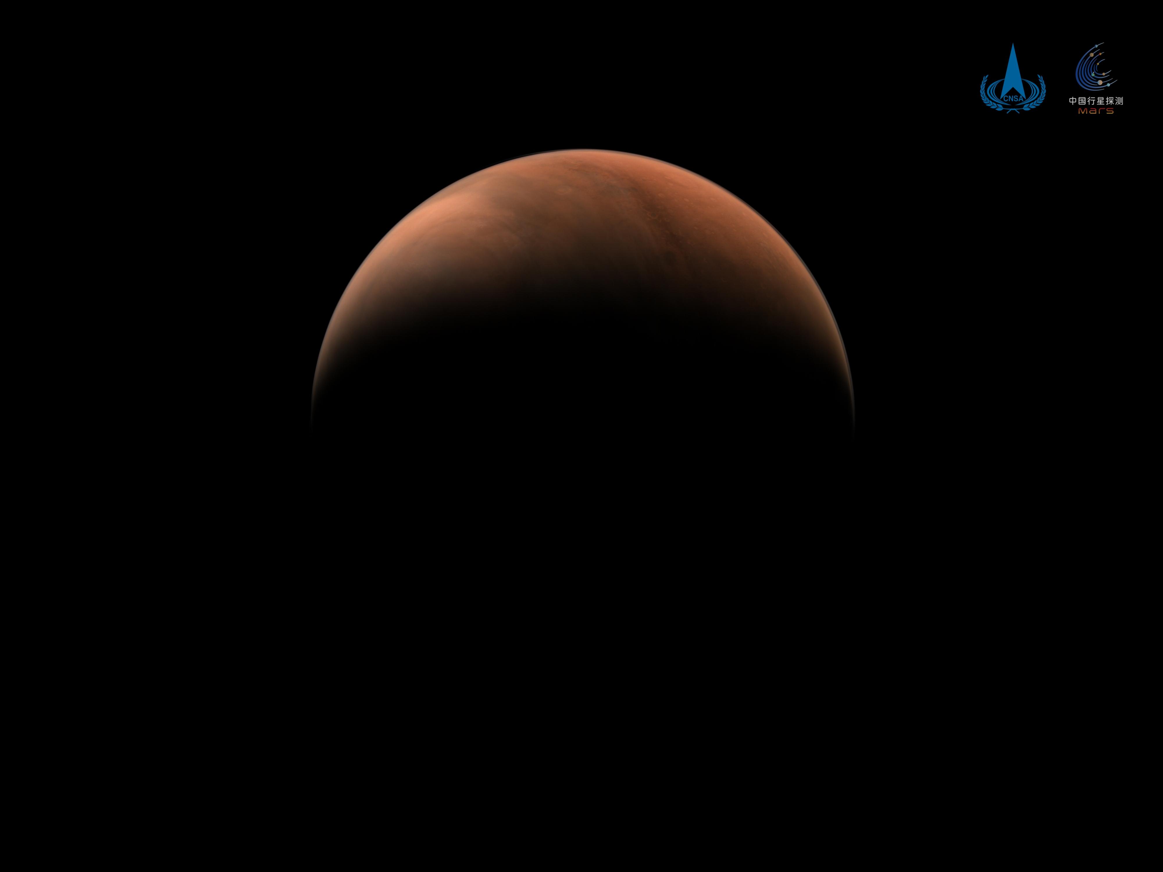 Le vaisseau spatial chinois Tianwen-1 en orbite autour de Mars a capturé cette vue imprenable d'un croissant de planète rouge le 18 mars 2021. On voit ici l'hémisphère nord de la planète à une distance de 6 850 miles (11 000 kilomètres).
