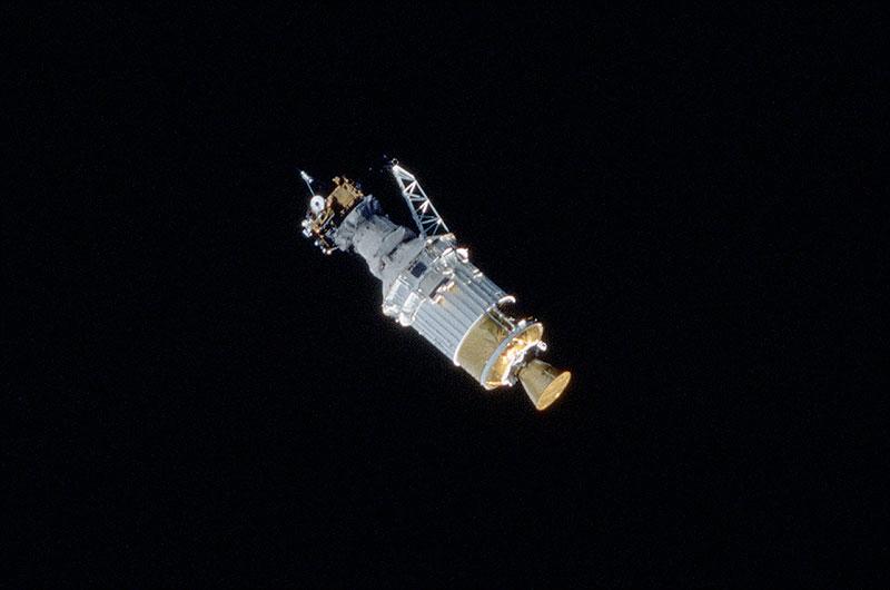 La sonde solaire Ulysse est vue après avoir été déployée par la navette spatiale Discovery, commençant sa mission de 18 ans vers le soleil.