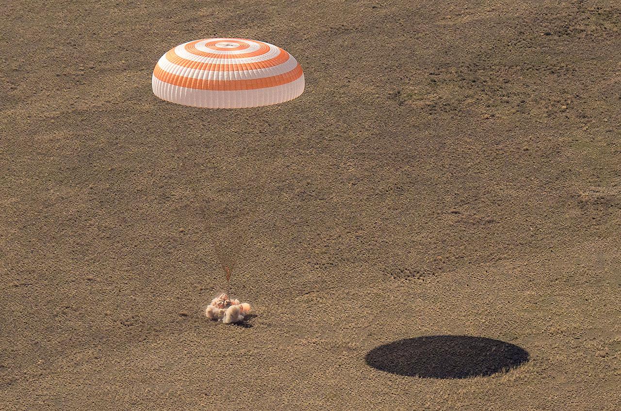 Le vaisseau spatial russe Soyouz MS-17 atterrit au Kazakhstan depuis la Station spatiale internationale avec les cosmonautes Sergey Ryzhikov et Sergey Kud-Sverchkov de Roscosmos et l'astronaute de la NASA Kate Rubins le samedi 17 avril 2021.