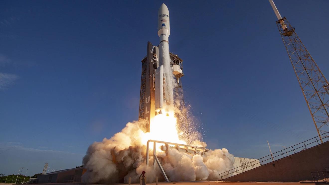 Représentation d'artiste d'une fusée Atlas V de United Launch Alliance lançant les satellites Kuiper d'Amazon depuis le complexe de lancement spatial 41 de la station spatiale de Cap Canaveral en Floride.
